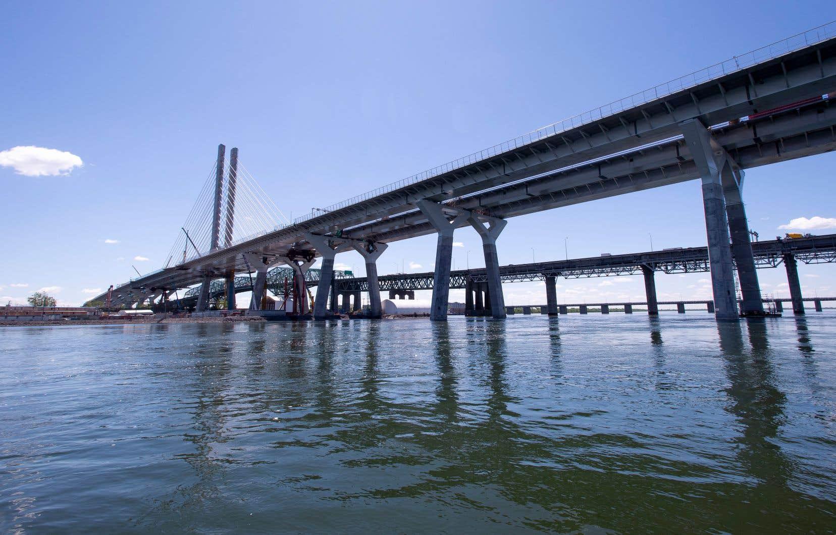Du fleuve, on aperçoit le ciel qui s'immisce entre les trois corridors du pont, séparés les uns des autres par quelques mètres de vide.
