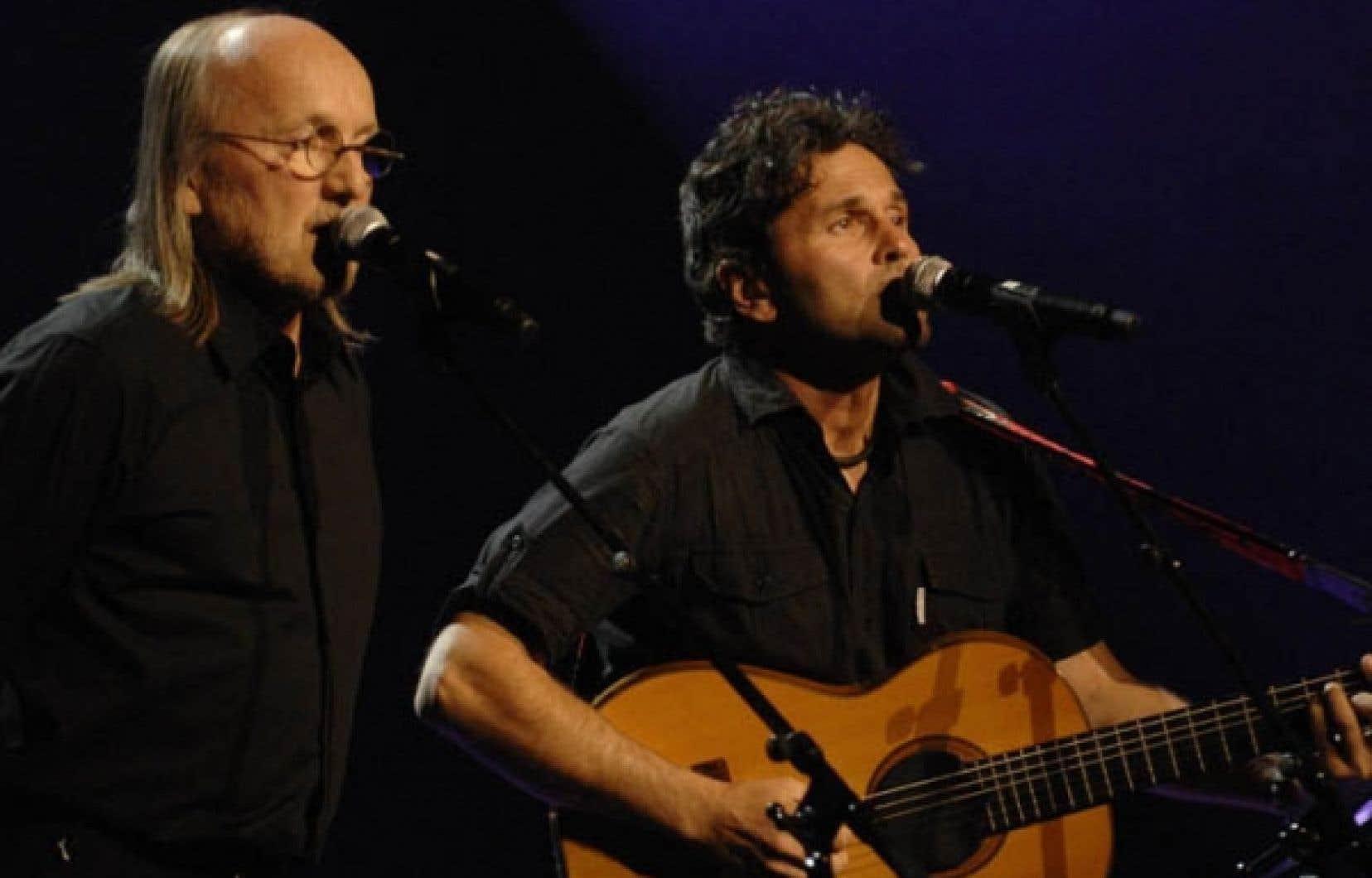 Jim Corcoran et Martin Léon sur la scène du théâtre Maisonneuve lors du spectacle Douze hommes rapaillés, en 2009. L'expérience Miron se poursuit.<br />