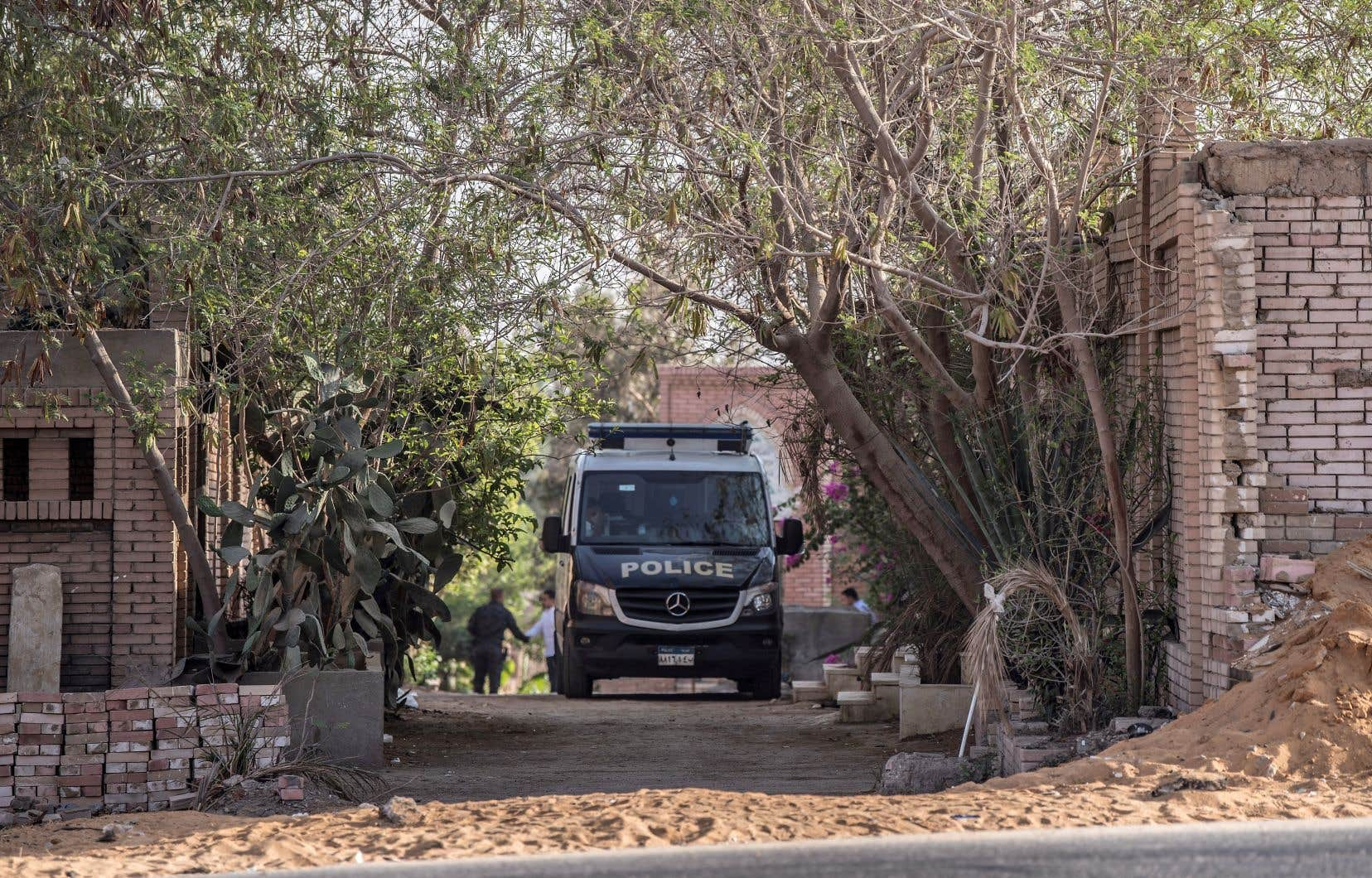 L'enterrement s'est déroulé dans la nuit, dans un quartier bouclé par des policiers qui ont contrôlé chaque véhicule passant à proximité.