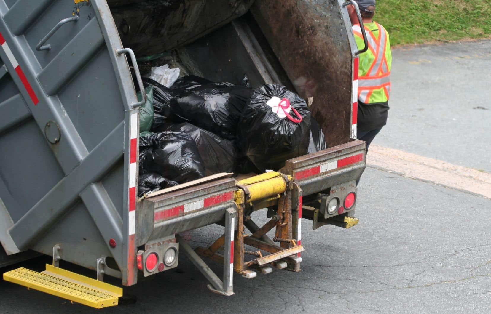 À Québec, la collecte des ordures est réalisée en sous-traitance par deux entreprises privées, «ce qui place la Ville en situation de dépendance», relève le vérificateur Michel Samson.