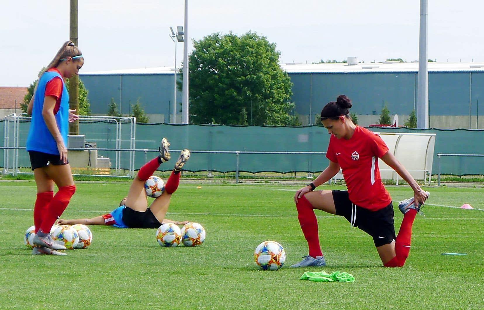 La capitaine de l'équipe nationale féminine canadienne, Christine Sinclair, s'étire lors d'une séance d'entraînement le 18 juin, en France.