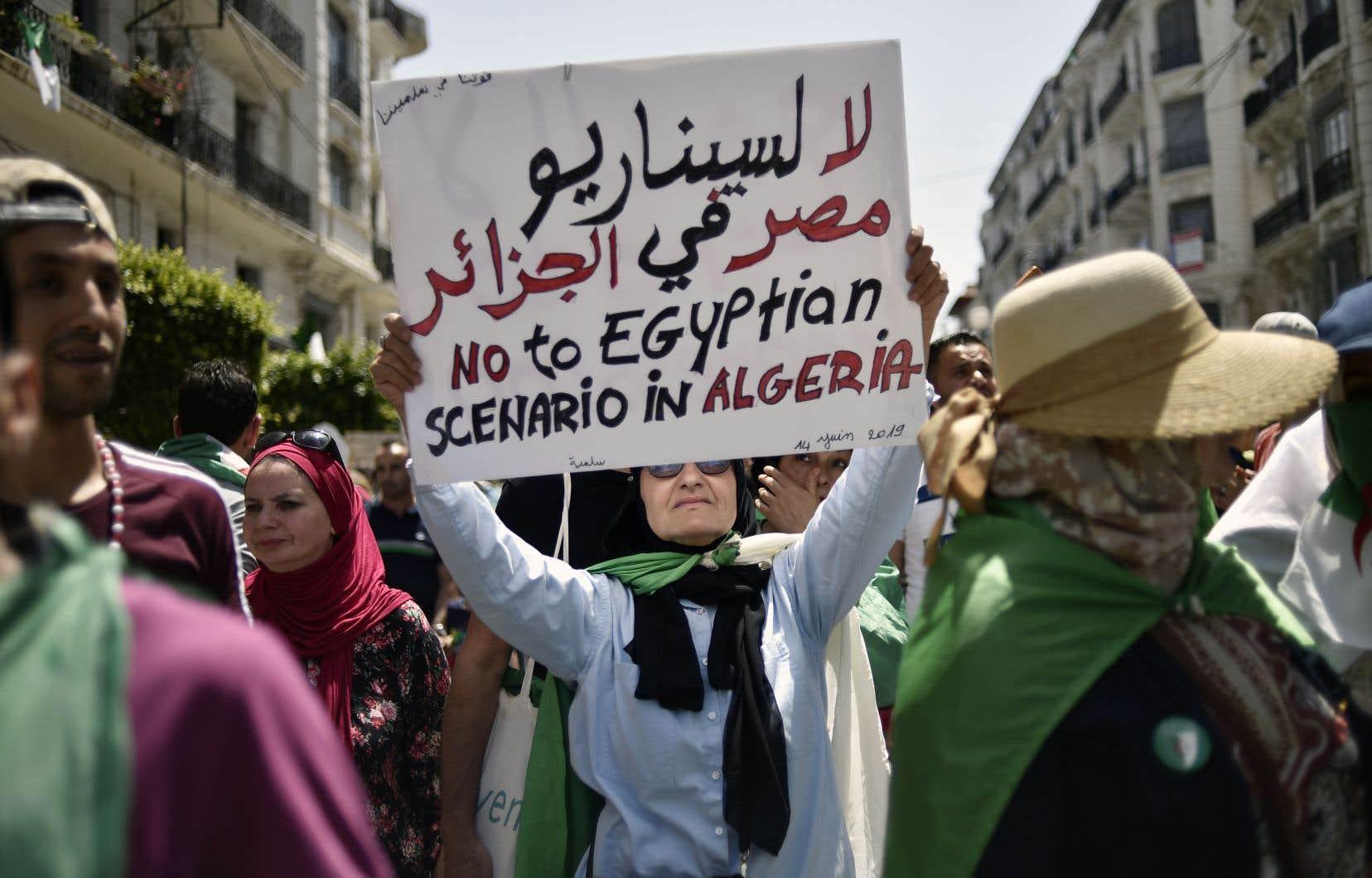 L'Hirak, le mouvement populaire et pacifique qui fait descendre les Algériens dans la rue contre le régime Bouteflika, ne faiblit pas. Ci-dessus, des images croquées dans les rues d'Alger, vendredi dernier.