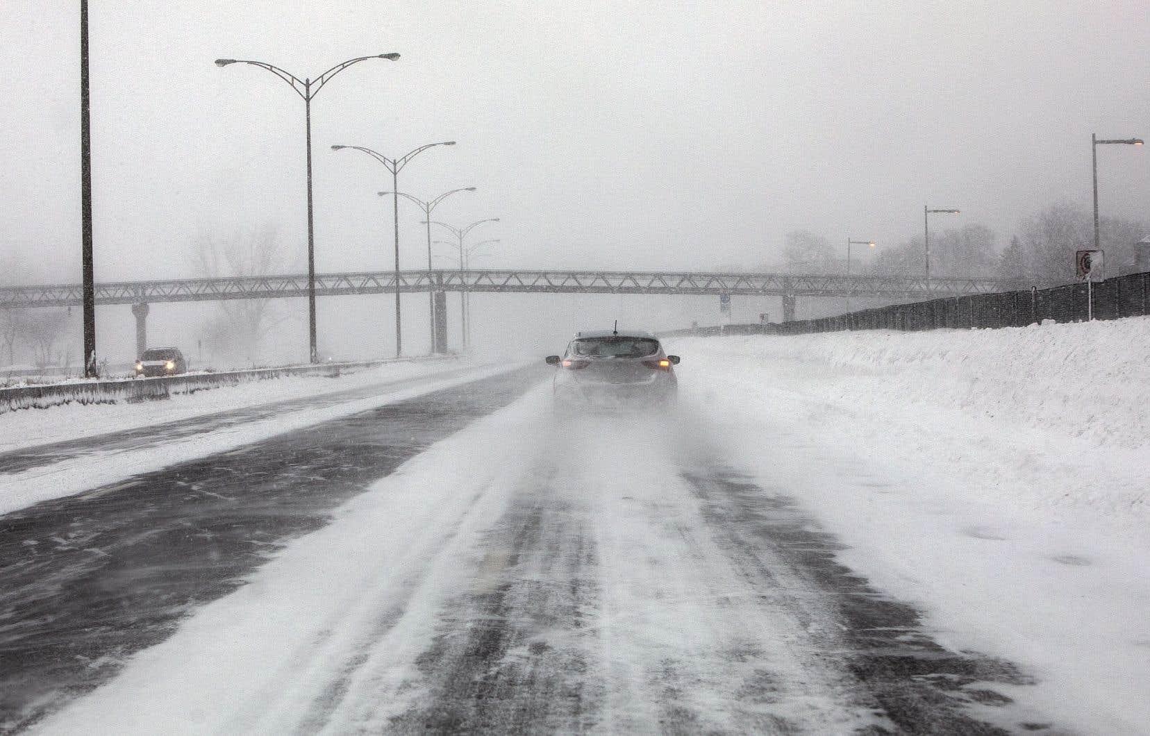 Les automobilistes qui étaient restés coincés pendant plusieurs heures sur l'autoroute13 lors d'une tempête de neige dans la nuit du 14 au 15 mars 2017 commenceront à recevoir leurs indemnisations dans les prochaines semaines, a confirmé Me Marc-Antoine Cloutier.