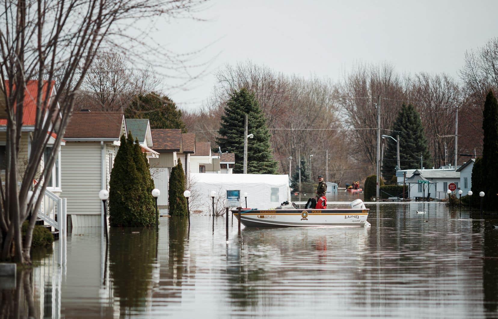 Quand la digue à Sainte-Marthe-sur-le-Lac a cédé, l'eau a rapidement envahi les rues, noyant les sous-sols des habitations et en chassant leurs occupants.