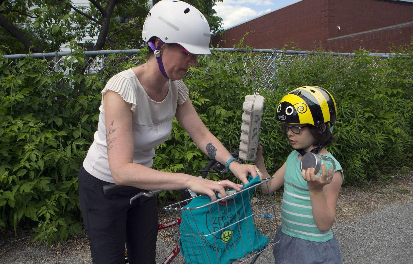 Laure Caillot et sa fille Éloïse, six ans, font partie d'une famille zéro déchet. Elles se rendent àl'épicerie à vélo et apportent leurs contenants dans un sac qu'elles mettent dans un panier.