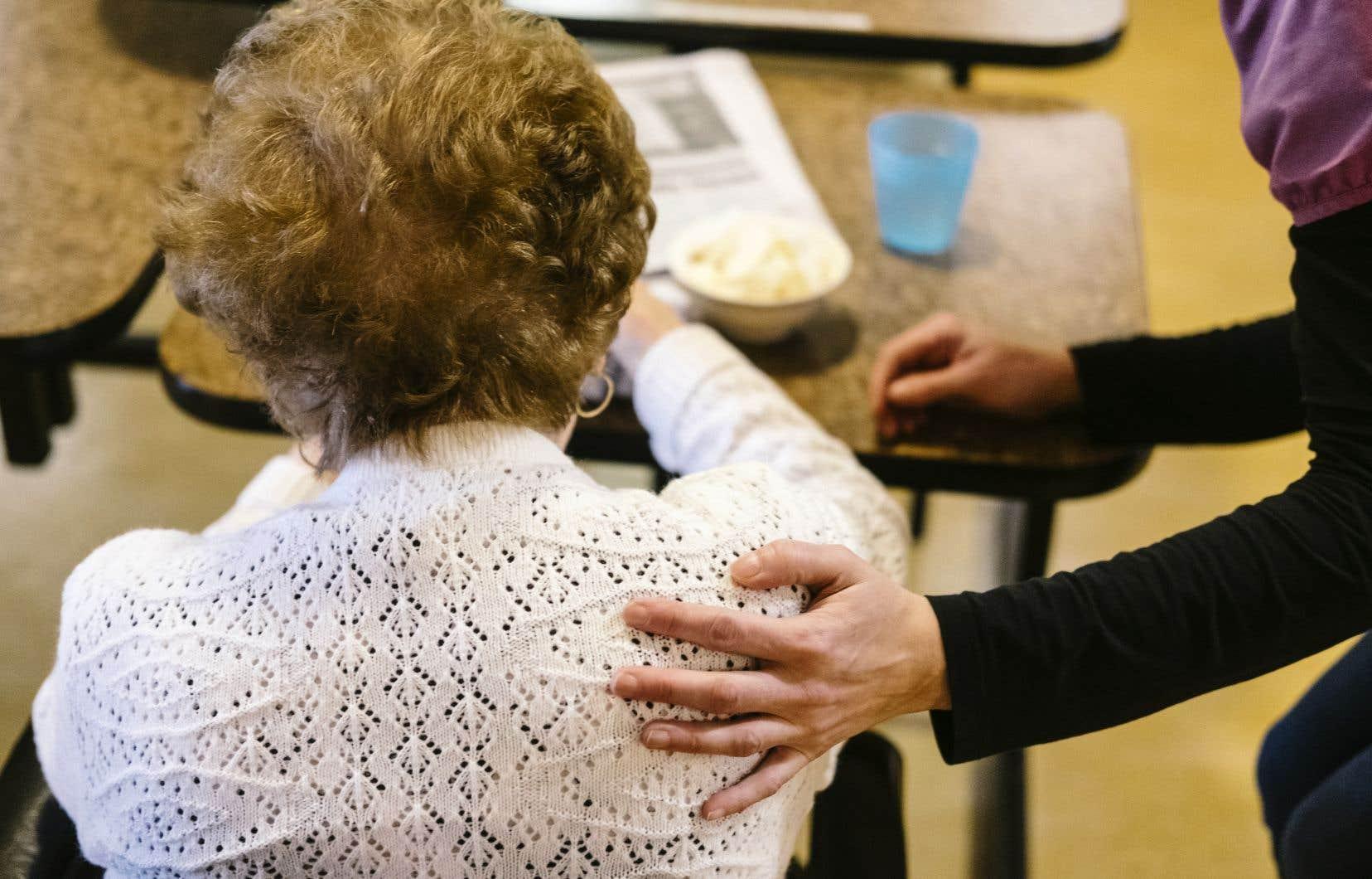 En raison du manque de places en CHSLD, des personnes en perte d'autonomie sont transférées dans des résidences privées pour aînés qui ne sont pas accréditées pour offrir les soins plus soutenus que nécessitent ces résidents.