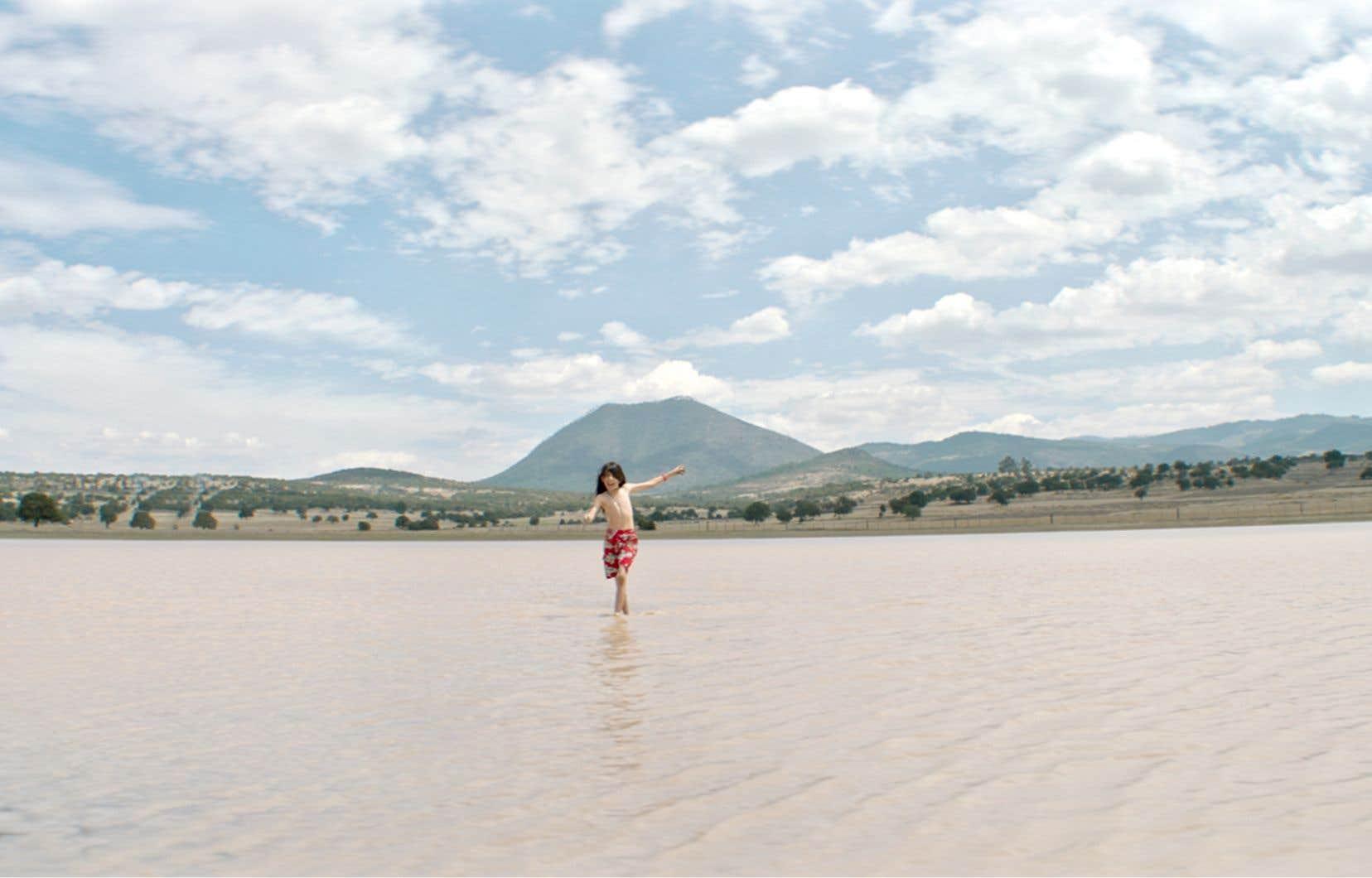 Les thèmes de l'isolement, du couple et de la sexualité, sur fond de magnifiques paysages naturels, demeurent ceux de Carlos Reygadas.