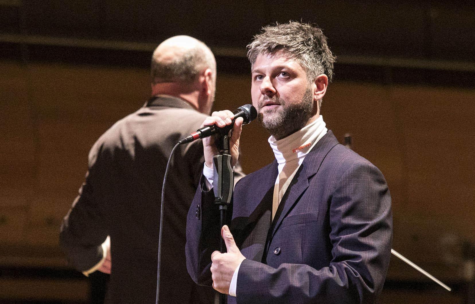 Col roulé blanc, veston ajusté, très néo-Michel Legrand dans le genre,Pierre Lapointe a tâté du grand orchestre jeudi soir.