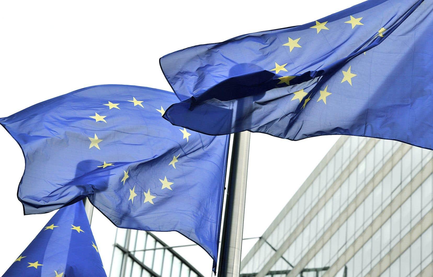 Les drapeaux au vent à l'entrée du bâtiment Berlaymont de la Commission européenne, à Bruxelles
