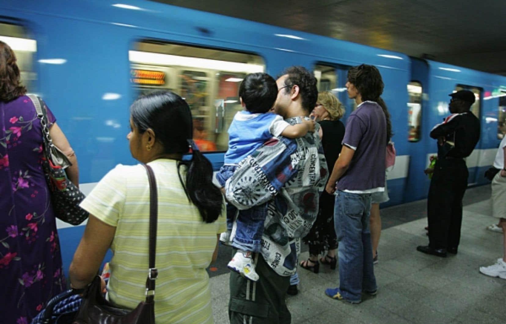 Richard Bergeron, de Projet Montréal, est revenu à la charge hier pour réclamer de la Société de transport de Montréal qu'elle équipe les nouvelles voitures de métro et les autobus de systèmes de climatisation. Pour la STM, la climatisation du métro entraînerait une augmentation importante de la chaleur dans les stations.<br />