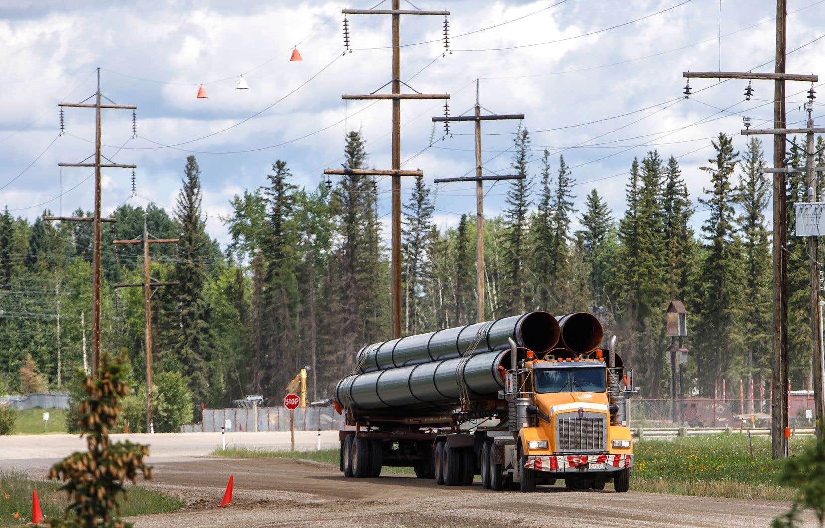 Des segments d'oléoducs ont été livrés mardi dernier dans le village d'Edson, en Alberta.