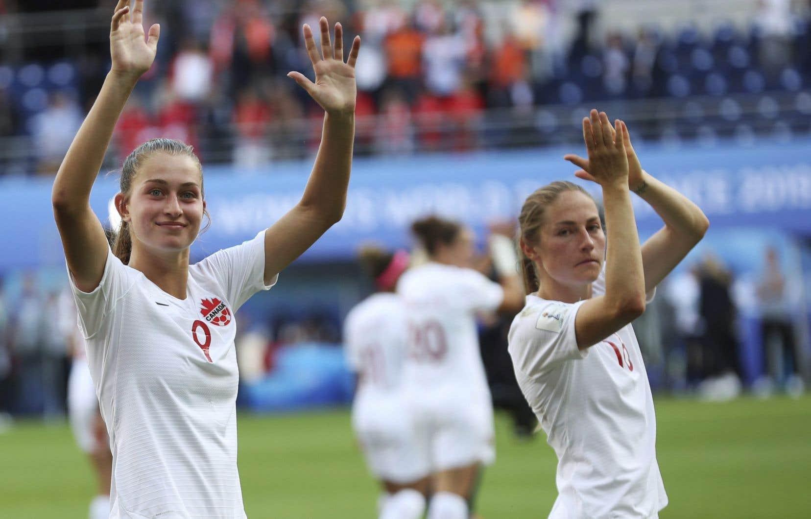Jordyn Huitema (à gauche) et Janine Beckie, de l'équipe canadienne de soccer féminin