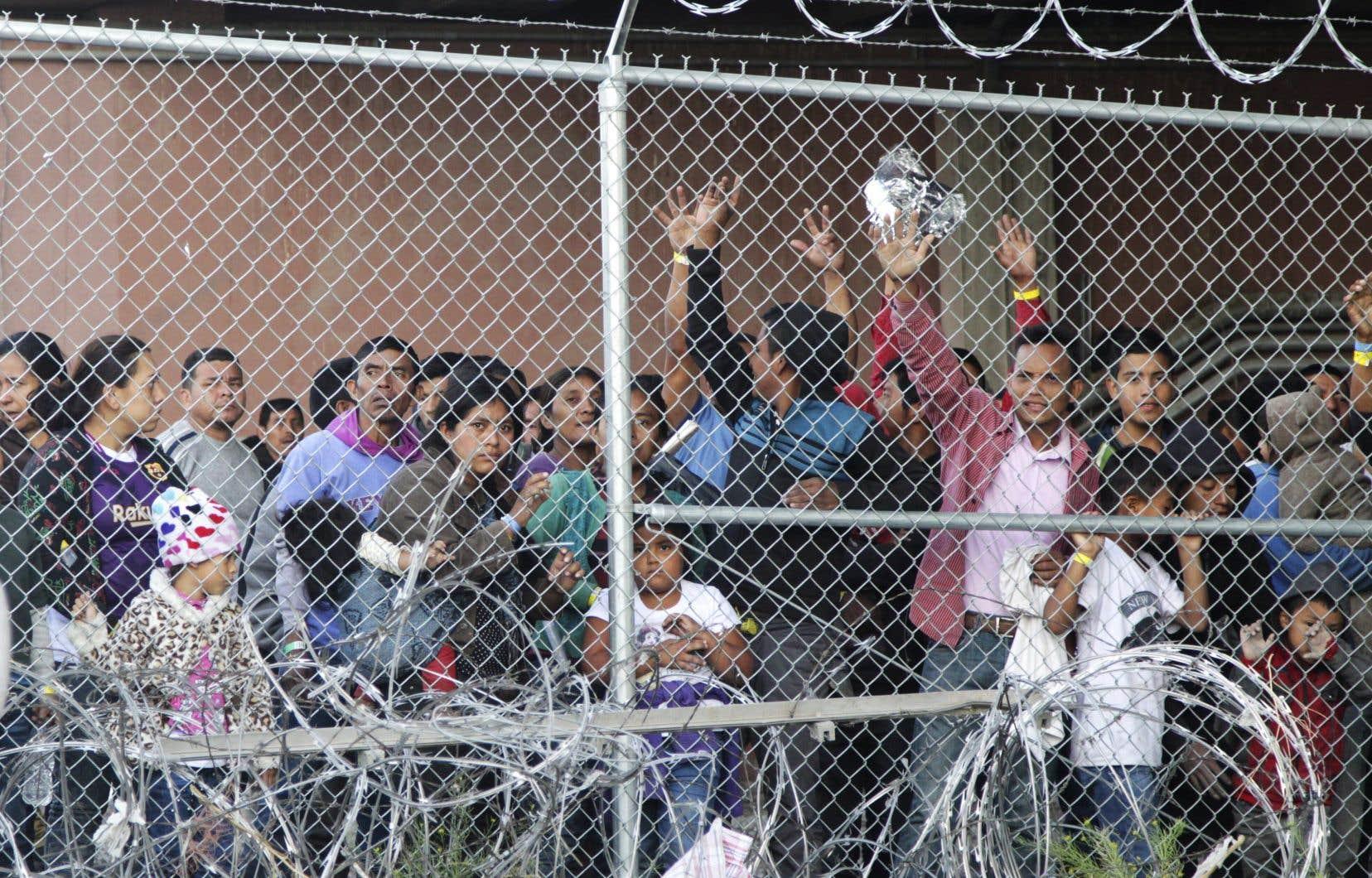 Des migrants d'Amérique centrale attendent de la nourriture dans un enclos érigé par les services frontaliers américains à El Paso, au Texas, pour traiter un nombre élevé de demandeurs d'asile, en mars dernier.