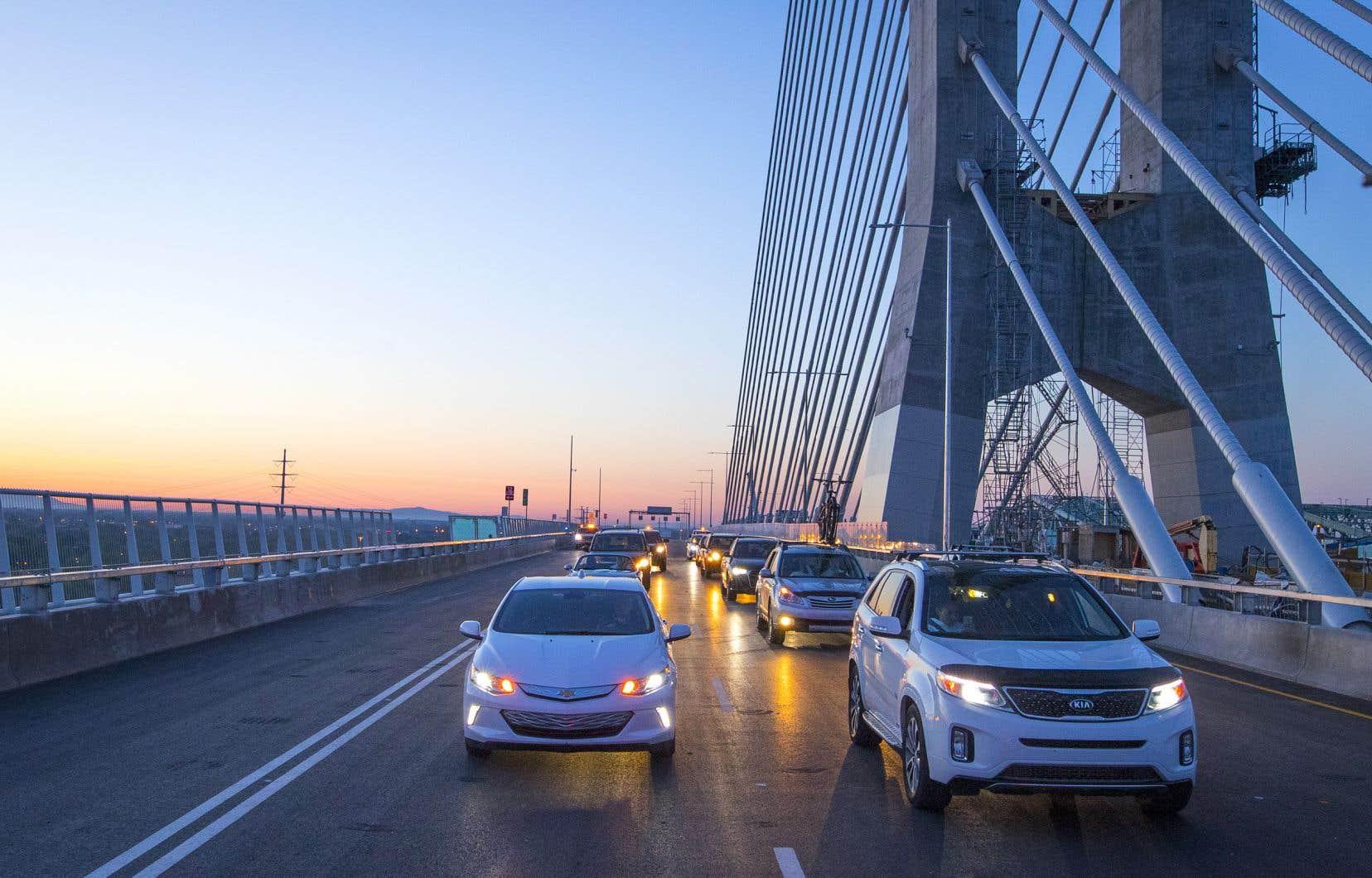L'ouverture du nouveau pont Samuel-De Champlain a eu lieu comme prévu à 5h, lundi, avec la traversée inaugurale du fleuve Saint-Laurent par des automobilistes en direction nord, de Brossard vers Montréal.