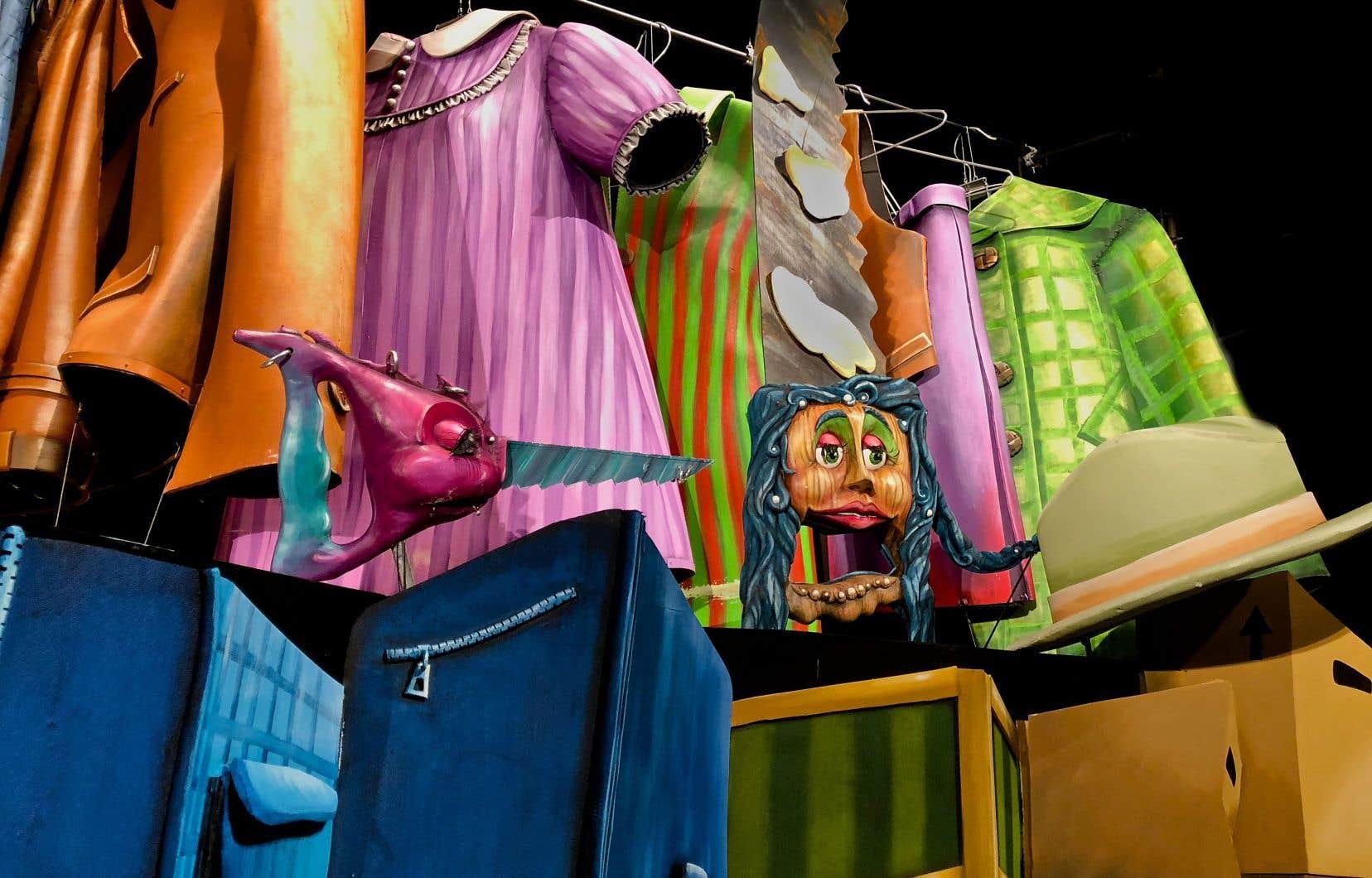 «Le grand bric-à-brac» situe l'action dans la rue, du moins dans une vente de garage, entourée d'objets.