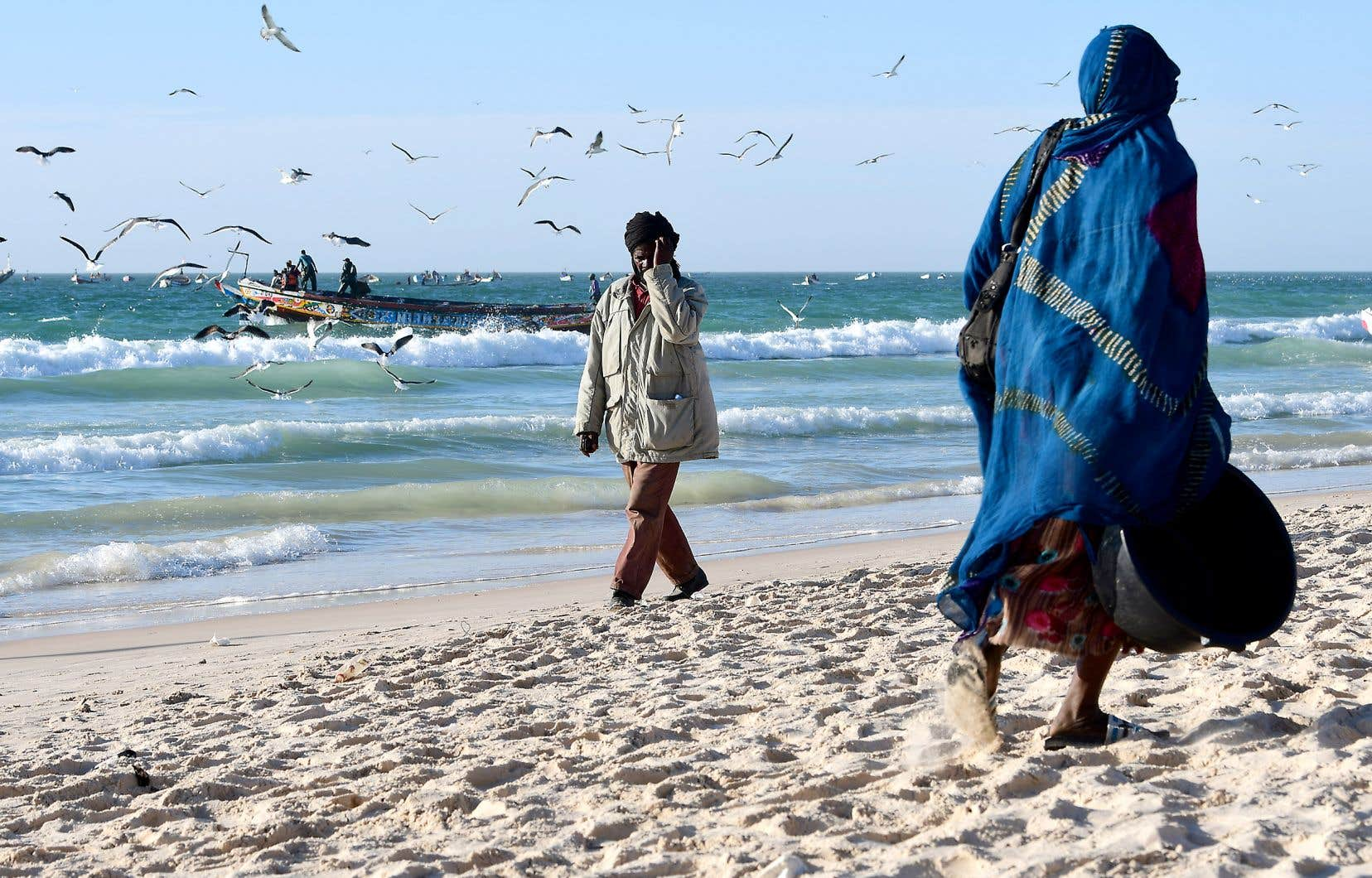 Des pêcheurs au large d'une plage de Nouakchott, en Mauritanie