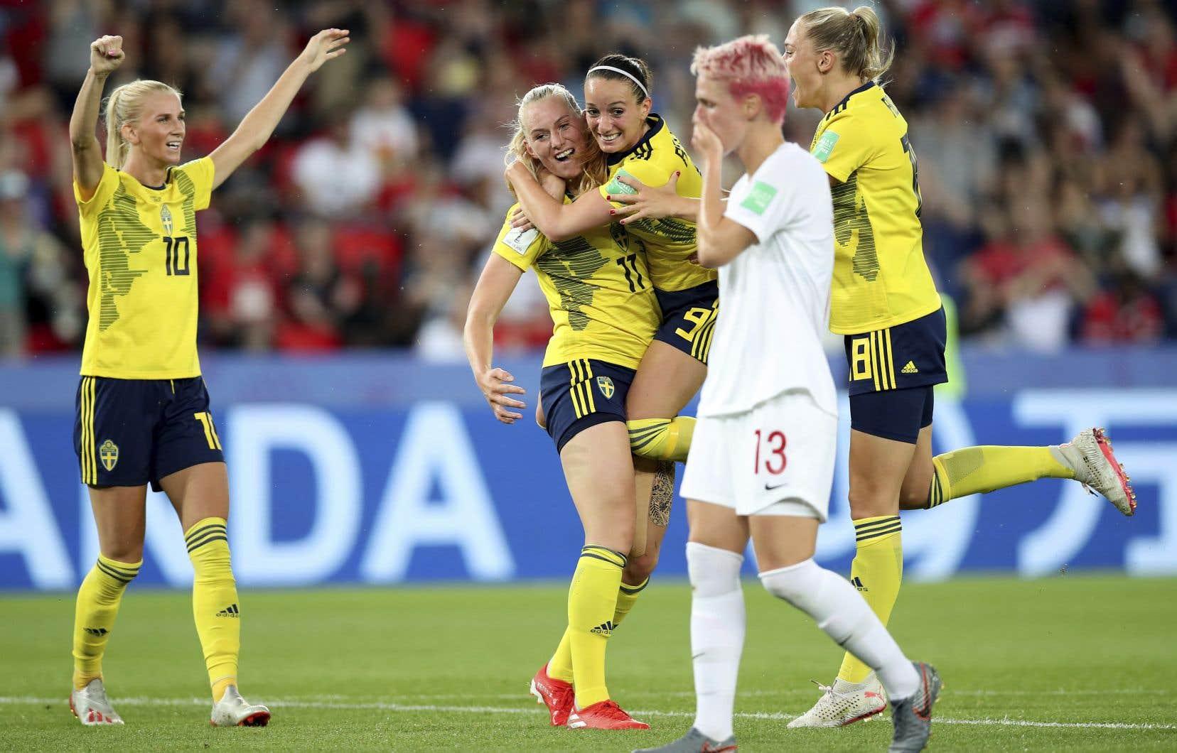 Les joueuses suédoises célèbrant après le but marqué par Stina Blackstenius à la 55e minute de jeu