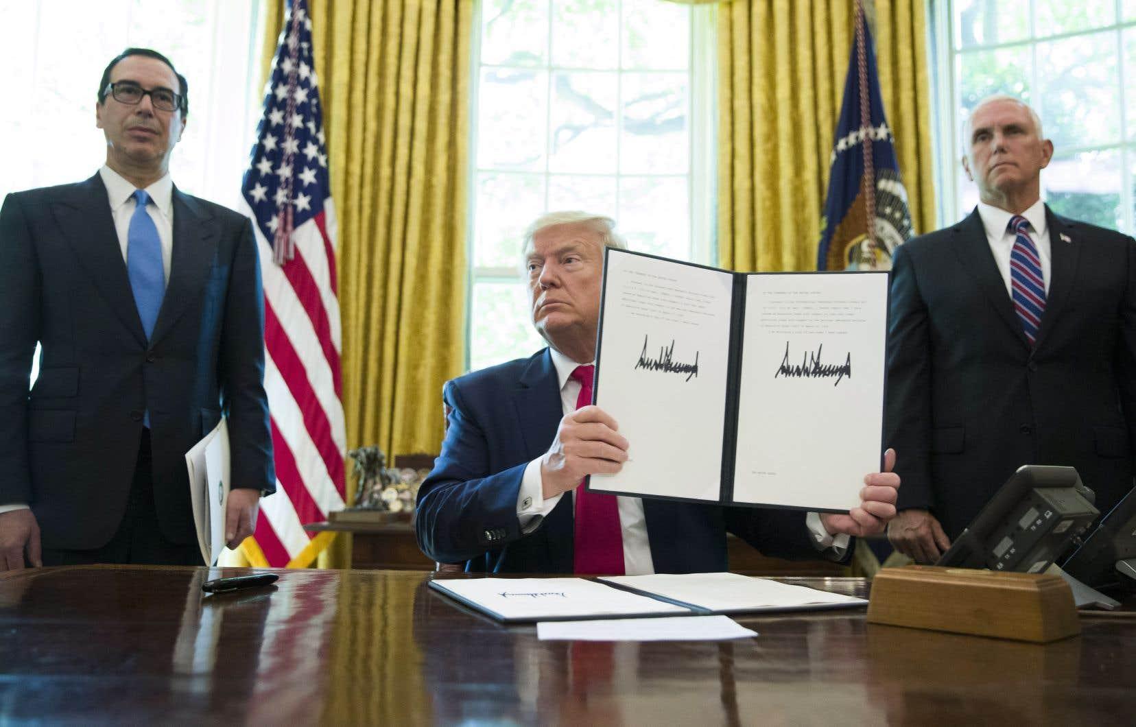 Le président Donald Trump tient un décret signé pour renforcer les sanctions contre l'Iran.