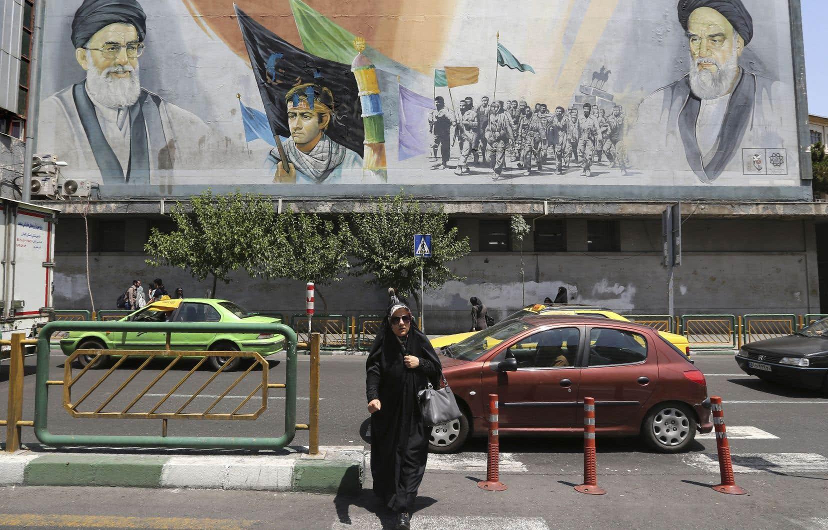 Une murale d'une rue de Téhéran montre les visages du guide suprême actuel, l'ayatollah Ali Khamenei (dans le coin gauche), et du guide de la Révolution islamique d'Iran, l'ayatollah Rouhollah Khomeini.