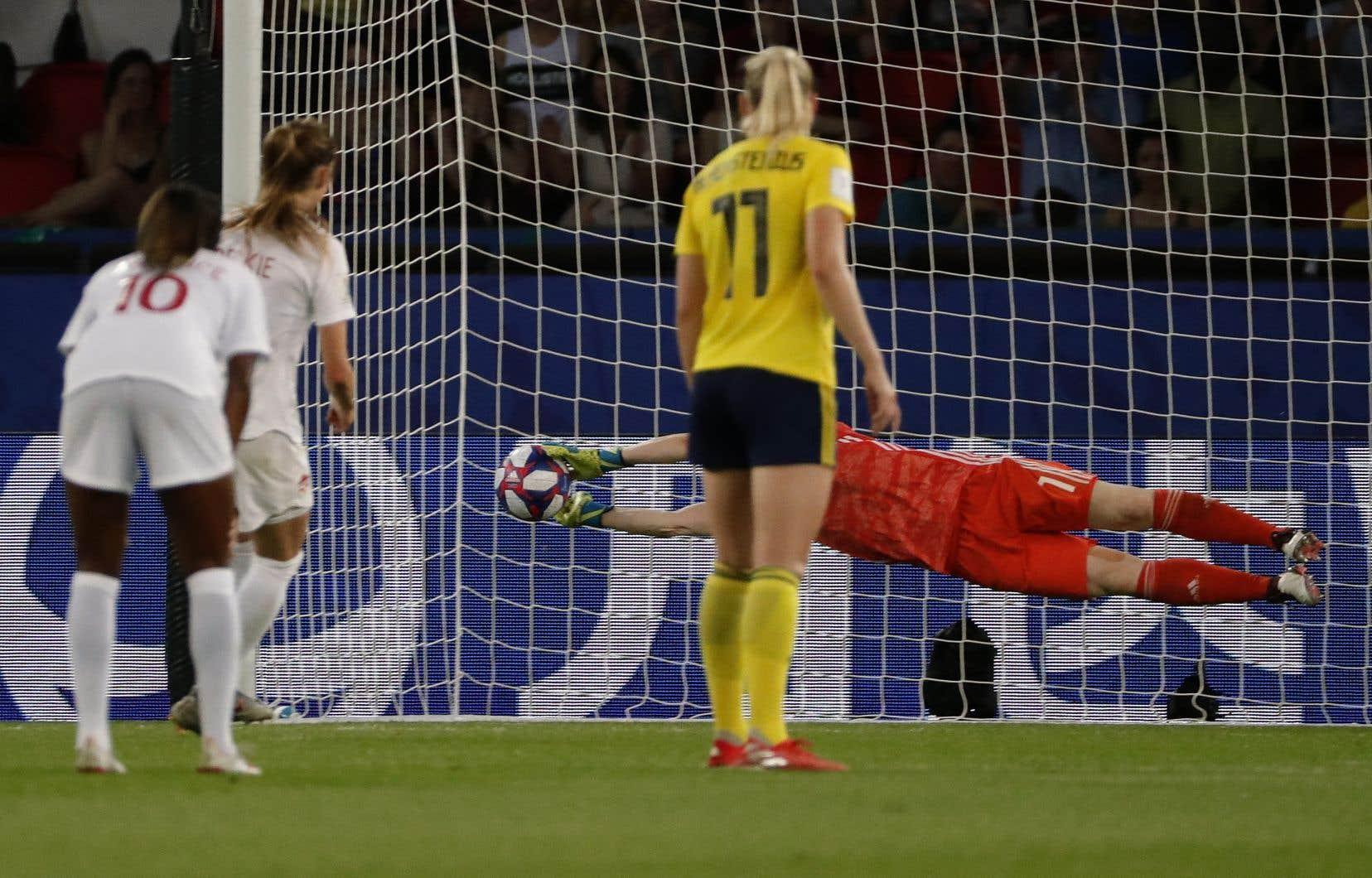 La gardienne suédoise repousse avec brio un tir de pénalité tiré, à la demande de la capitaine Christine Sinclair, par Janine Beckie.