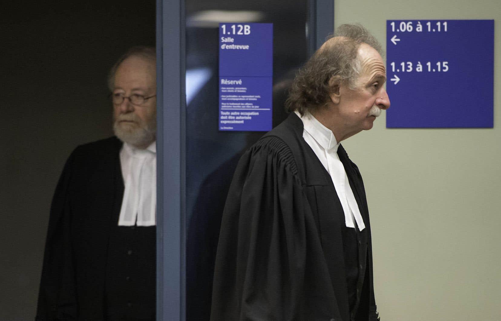 Les avocats d'Adèle Sorella, Pierre Poupart et Guy Poupart, à leur sortie d'une salle du palais de justice de Laval.