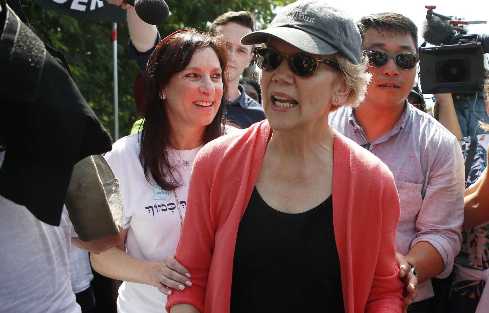 Casquette vissée sur la tête, Elizabeth Warren est allée visiter à la mi-journée un centre privé de rétention pour mineurs, à Homestead près de Miami.