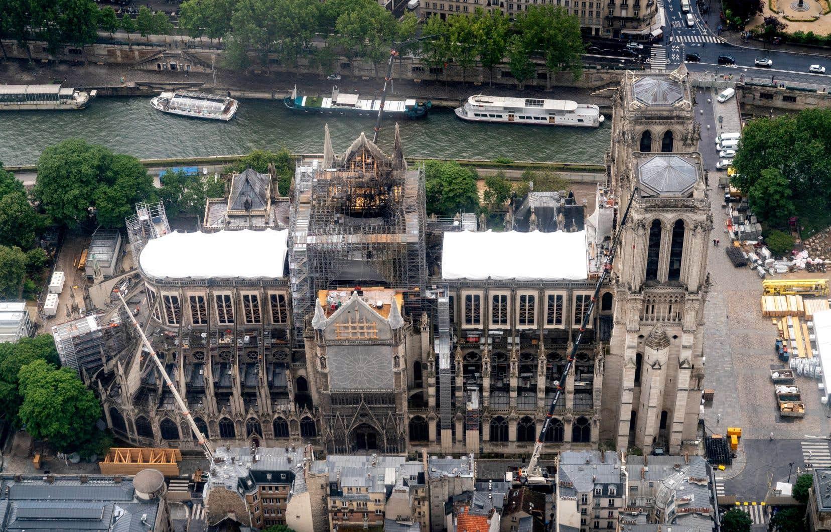 <p>La cathédrale gothique, vieille de plus de 850ans, a perdu sa flèche, sa toiture, son horloge et une partie de sa voûte, ravagées par les flammes le 15avril, alors que des opérations de restauration étaient en cours.</p>