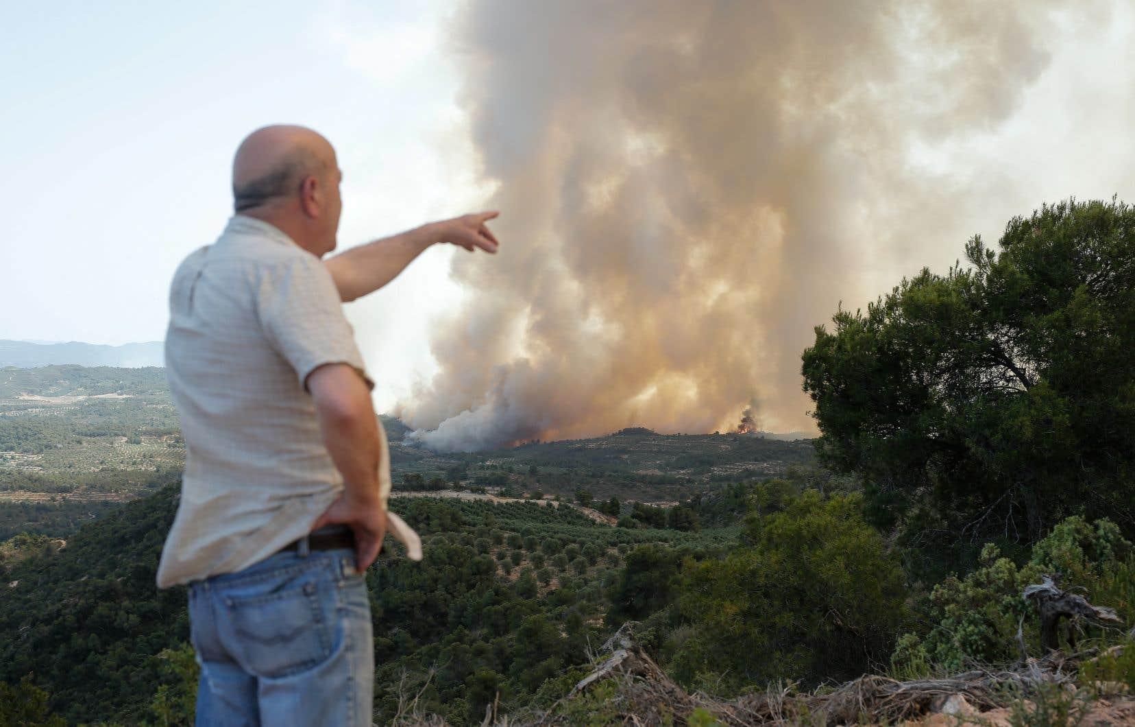 Attisé par la canicule, un incendie hors de contrôle progressait jeudi dans le nord-est de l'Espagne, près de Maialsdans une zone rurale de Catalogne où les flammes ont déjà ravagé 5 500 hectares.
