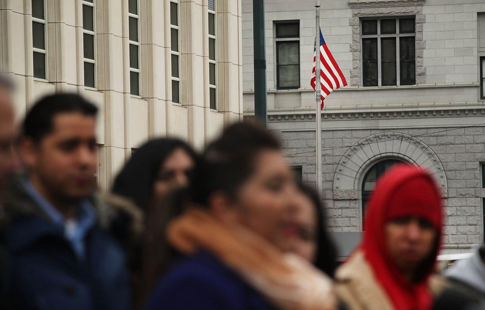 La fin du programme pourrait entraîner l'expulsion de centaines de milliers de personnes ayant grandi aux États-Unis après être entrées clandestinement sur le territoire avec leurs parents, parfois il y a plusieurs décennies.