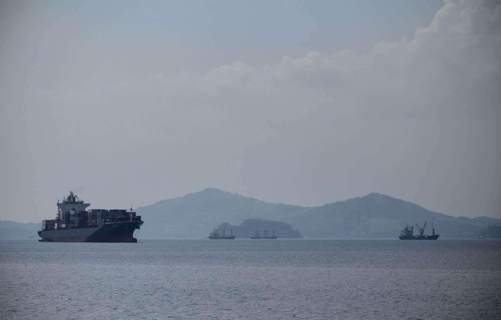 Le porte-conteneurs MV Bavaria, un navire chargé renvoyer des tonnes de déchets au Canada, arrive à Subic Bay International Terminal Corporation sur le port de Subic, au nord de Manille, le 30 mai 2019.