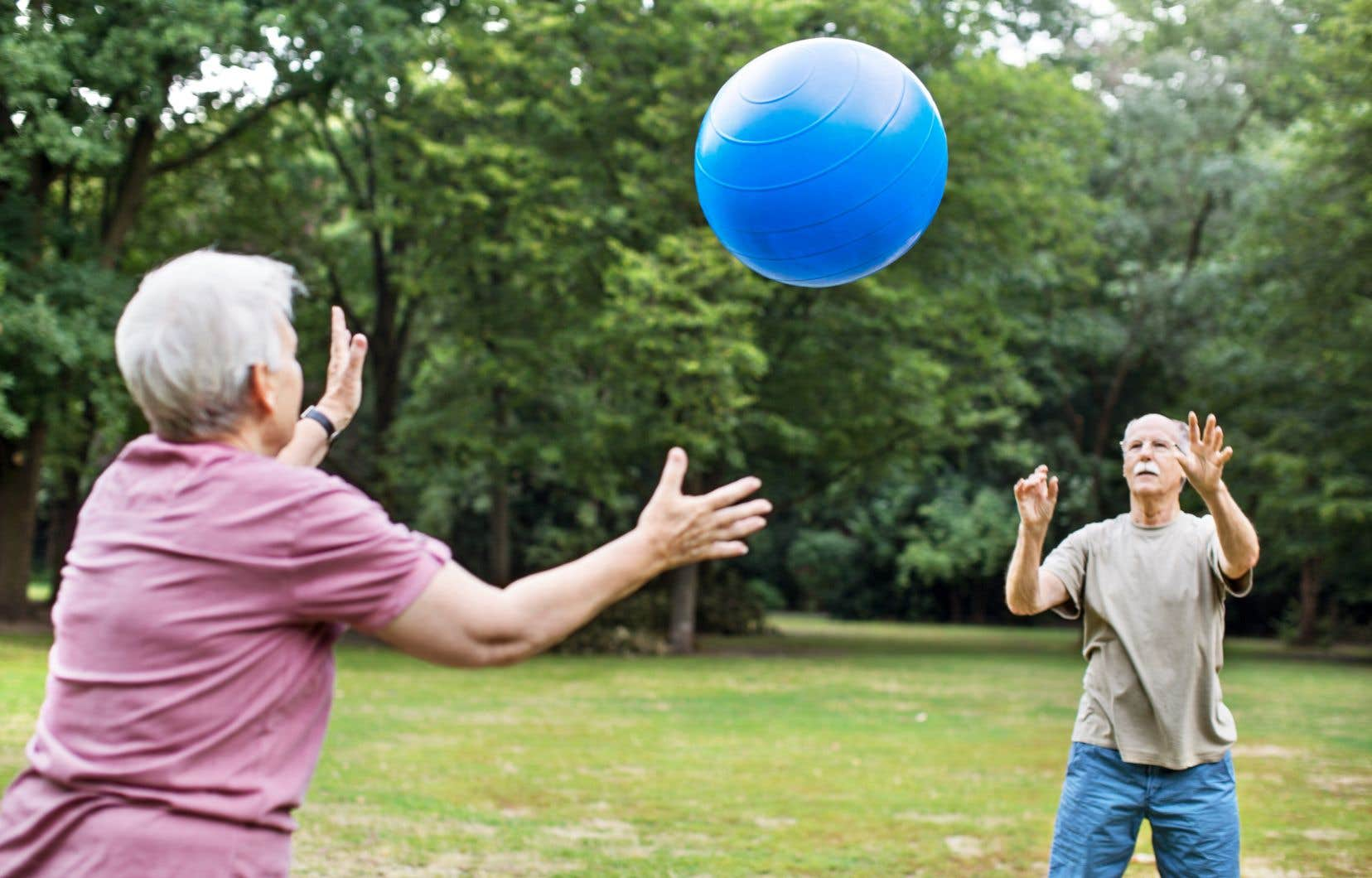 Une vaste étude britannique constate que maintenir son niveau d'activité physique ou l'augmenter en milieu de vie, ou même plus tard, réduit le risque de mortalité.