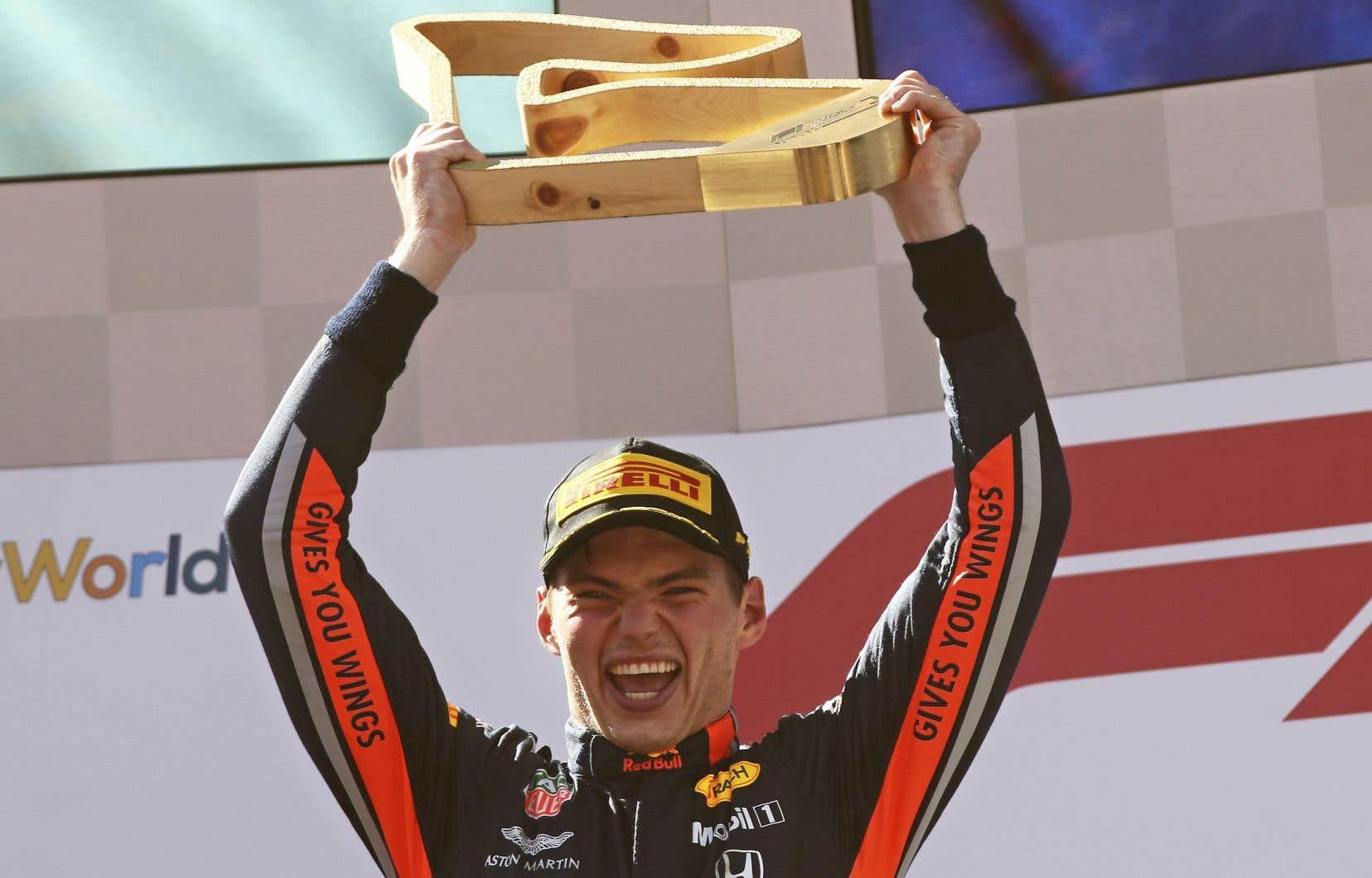 Le Néerlandais Vertstappen a surmonté un mauvais départ, lui qui démarrait en troisième place.Il a devancé la Ferrari de Charles Leclerc à deux tours de la fin.