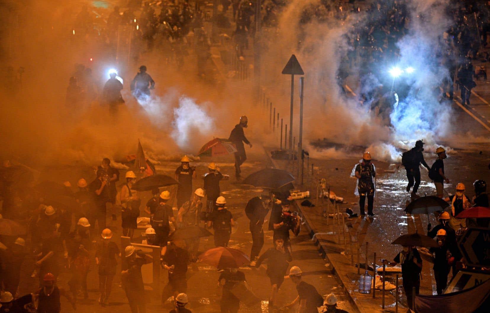 La police a chargé les manifestants massés près du siège du parlement lundi, en fin de soirée (heure locale).