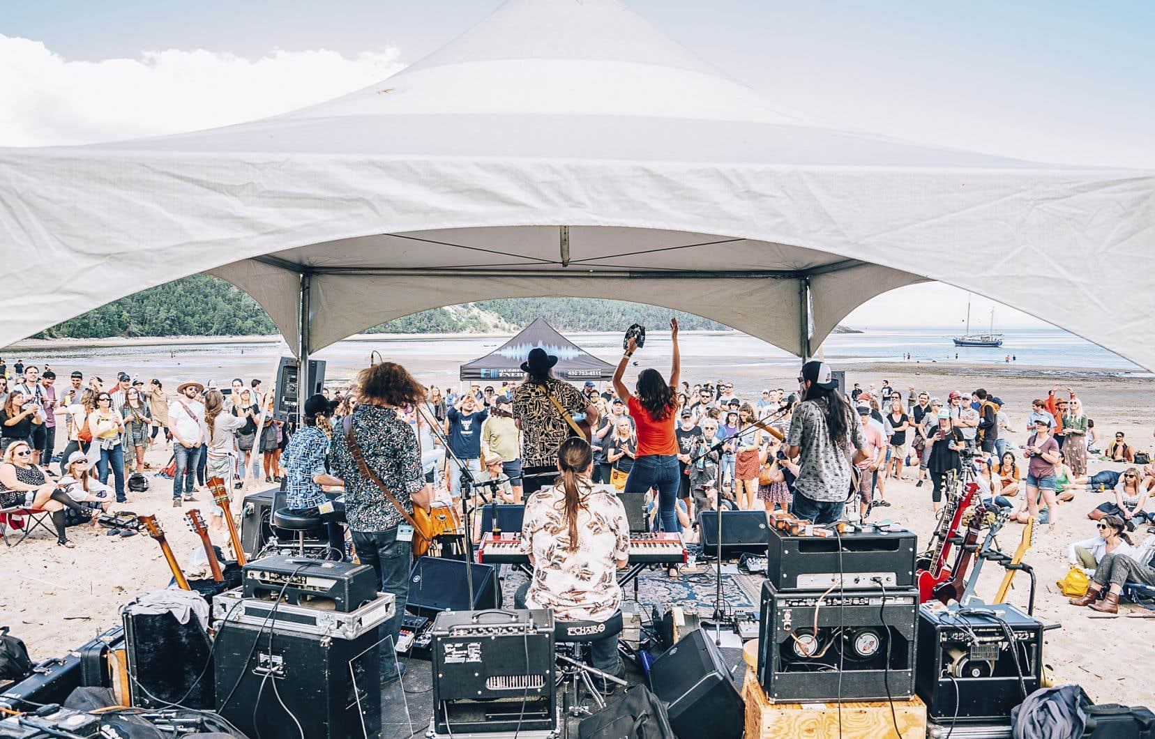 Les organisateurs du festival ont décidé de tester cette nouvelle formule de spectacle présenté directement sur la plage de Tadoussac.