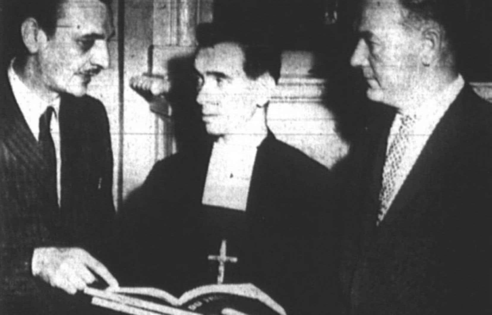 Le frère Sylvio-Alfred, entouré d'André Laurendeau, à gauche, et d'Edgar Lespérance, copropriétaire des Éditions de l'Homme.<br />