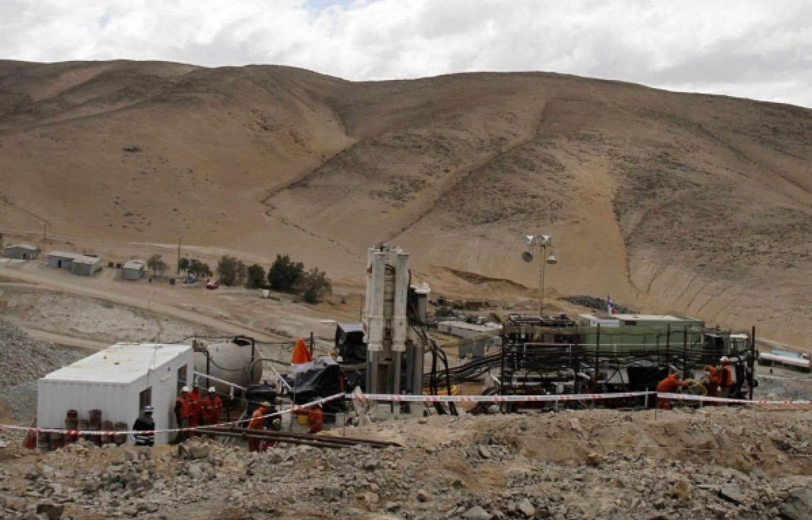 Pendant que l'on s'affaire à forer un tunnel pour sortir 33 mineurs de leur prison, les rescapés parlent des dangers dans lesquels ils travaillaient à Copiapo, au Chili.