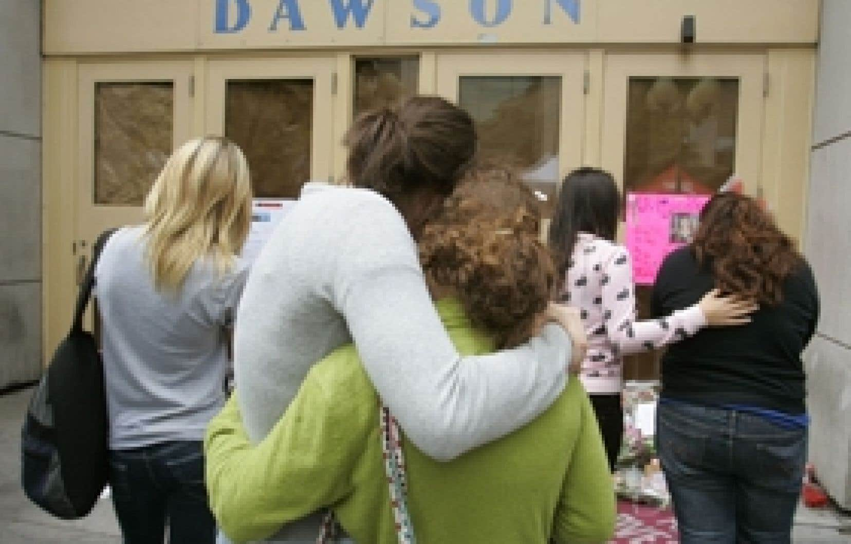 Il y a deux ans, les étudiants du Collège Dawson tentaient de se réconforter après le passage meurtrier de Kimveer Gill. Hier, le coroner Jacques Ramsay a déposé son rapport, dans lequel il louange le travail des premiers policiers arrivés sur les