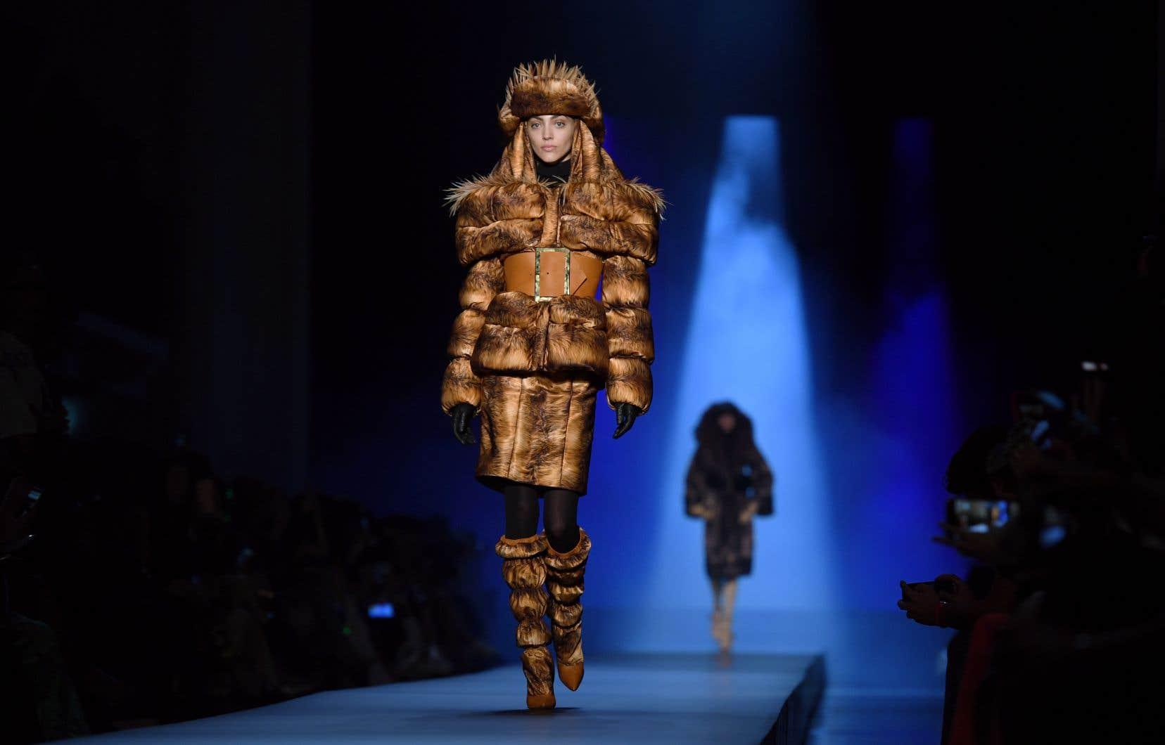 Une mannequin présente une création de Jean Paul Gaultier lors du défilé de mode de la collection Haute Couture Femmes Automne-Hiver 2019/2020 à Paris, le 3 juillet 2019
