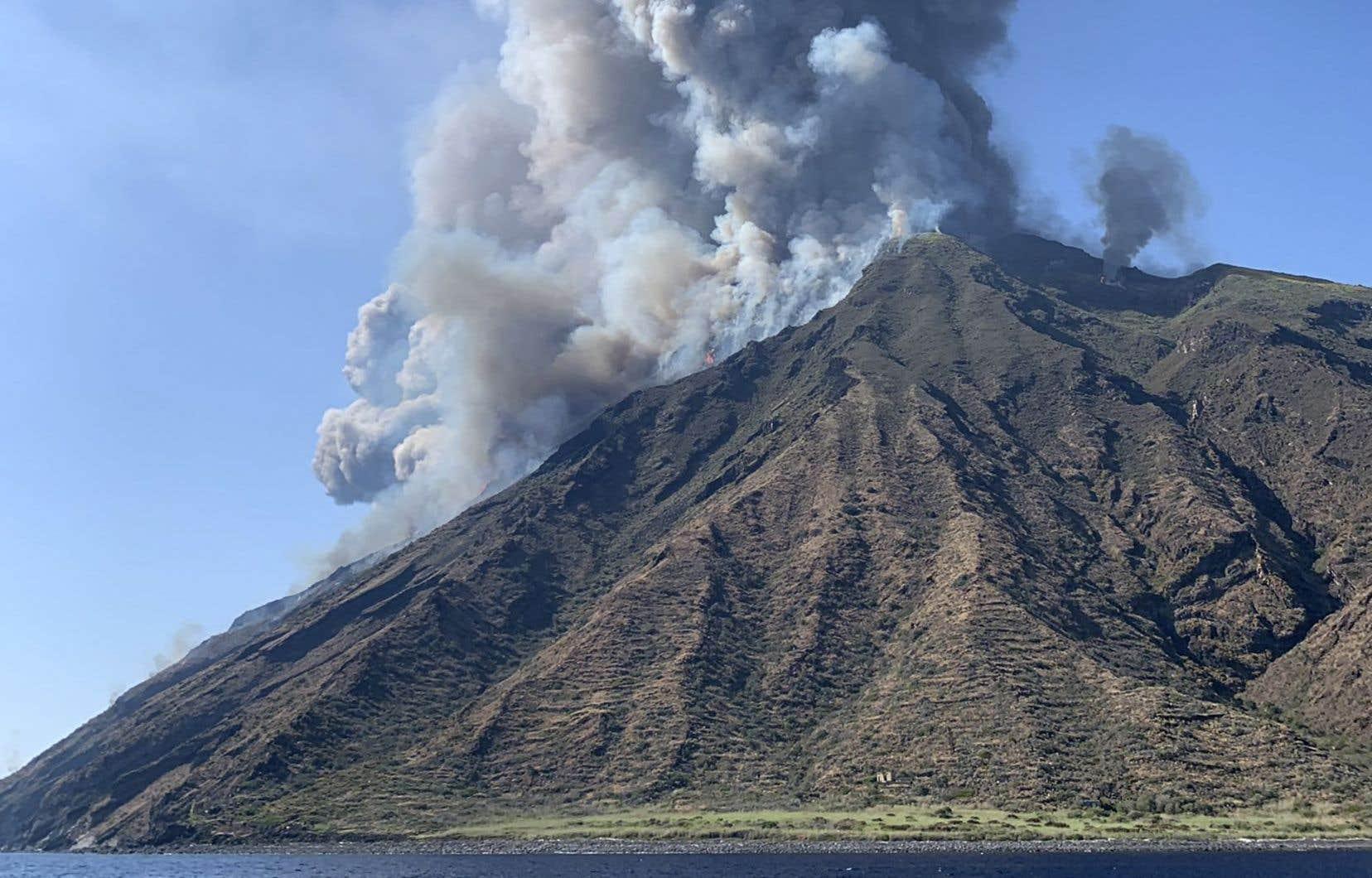 Deux énormes explosions ont projeté un panache de fumée à 2 km de haut, mercredi après-midi, sur l'île de Stromboli.