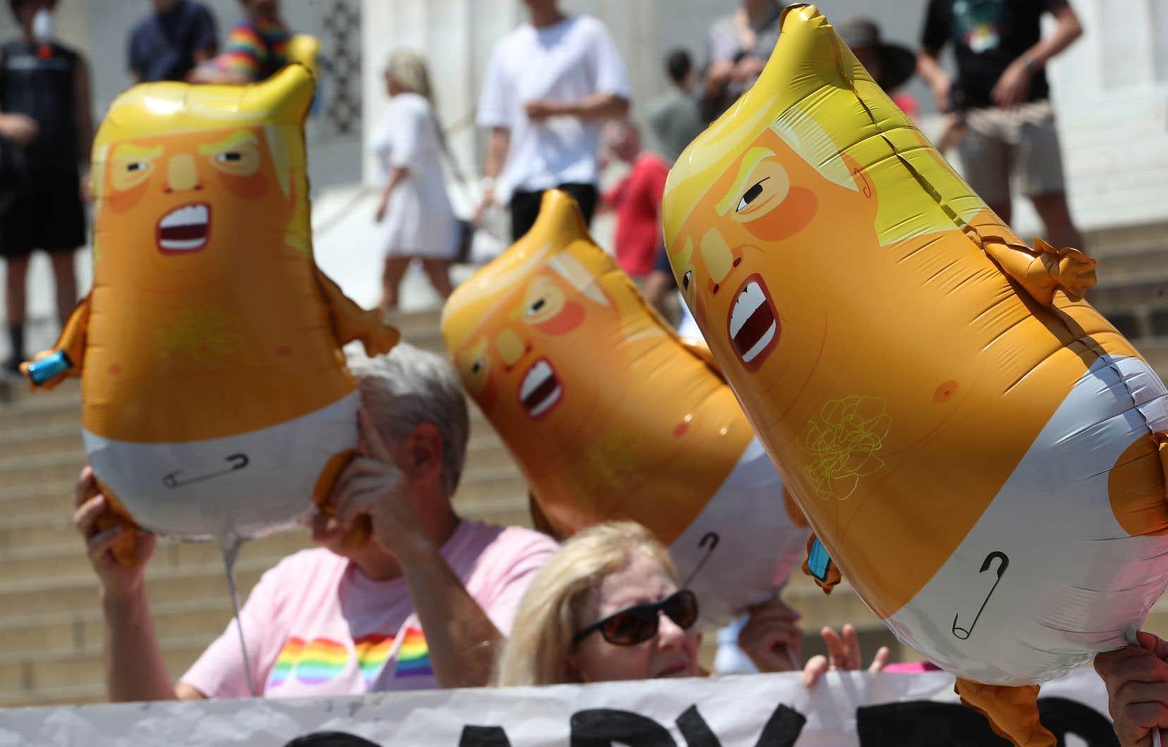 L'organisation de gauche Code Pink a prévu de manifester son opposition en déployant — au sol — de petits «Baby Trump», personnages gonflables représentant un bébé colérique à l'effigie du président américain.