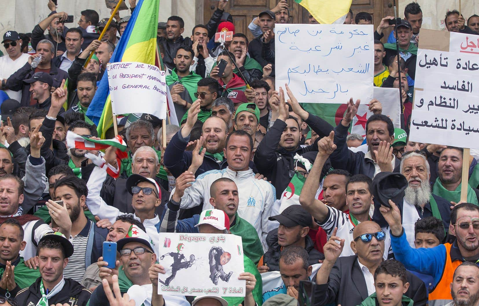Les Algériens continuent de manifester chaque vendredi.