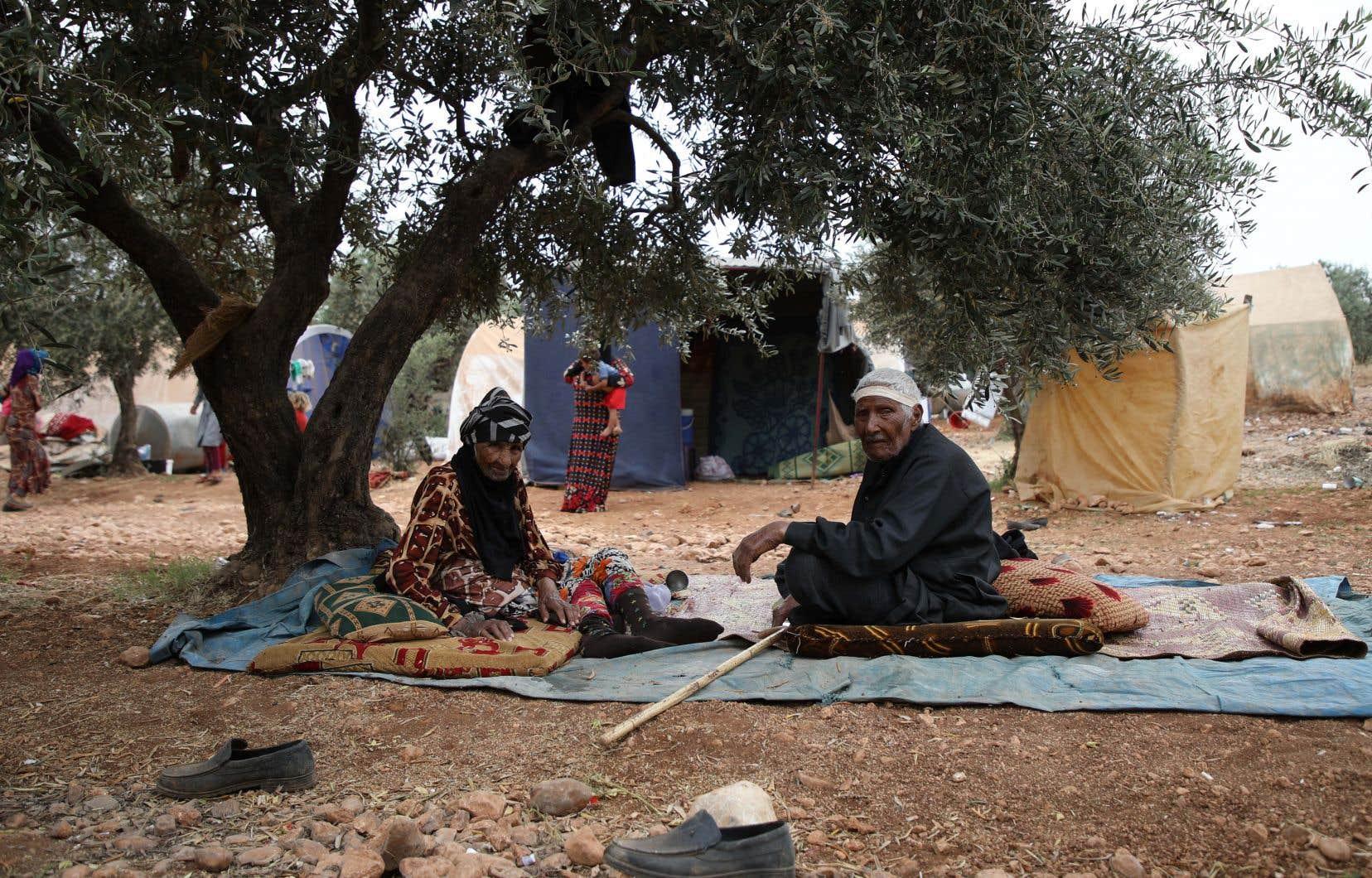 Ces gens déplacés, qui ont fui les offensives contre le dernier bastion du groupe djihadiste État islamique (EI), ont été accueillis dans des camps tenus par les forces kurdes, dans le nord-est de la Syrie.
