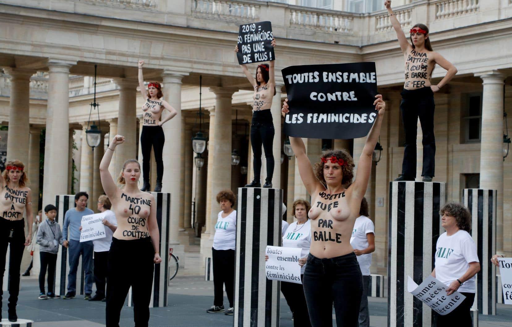 Des militantes Femen ont rendu hommage aux femmes assassinées et ont dénoncé «l'indifférence du gouvernement» devant le Palais Royal, à Paris, en mai dernier.