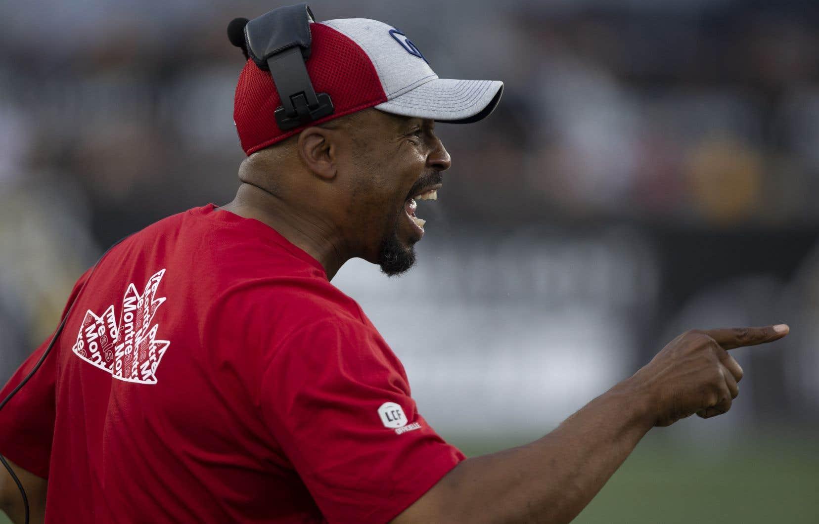 Le nouvel entraîneur-chef des Alouettes, Khari Jones, a pu inscrire sa première victoire dans la Ligue canadienne de football à son troisième match grâce à une stratégie privilégiant le jeu au sol.
