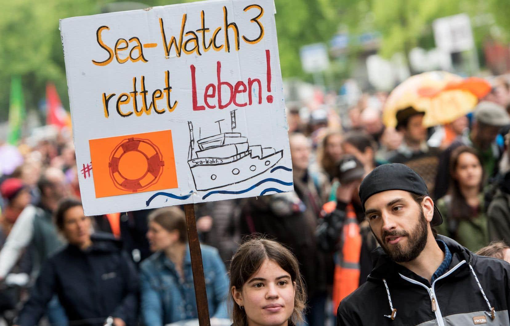 Le 6 juillet dernier, une manifestation a eu lieu à Hambourg en soutien à l'ONG Sea-Watch et à la capitaine du Sea-Watch 3, Carola Rackete. Rackete a été arrêtée alors qu'elle tentait d'accoster sur les côtes italiennes avec des migrants à son bord.