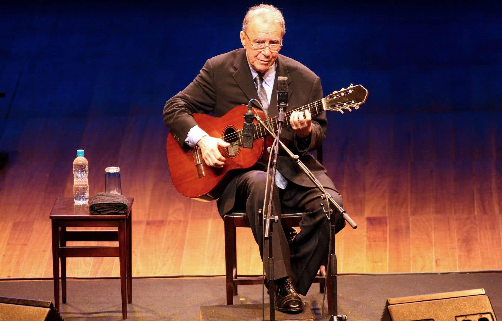 Le chanteur et compositeur brésilien João Gilbertose produit lors d'un concert à Sao Paulo, au Brésil en 2008.Il est l'un des artistes qui ont montré la bossa-nova au monde en 1958.