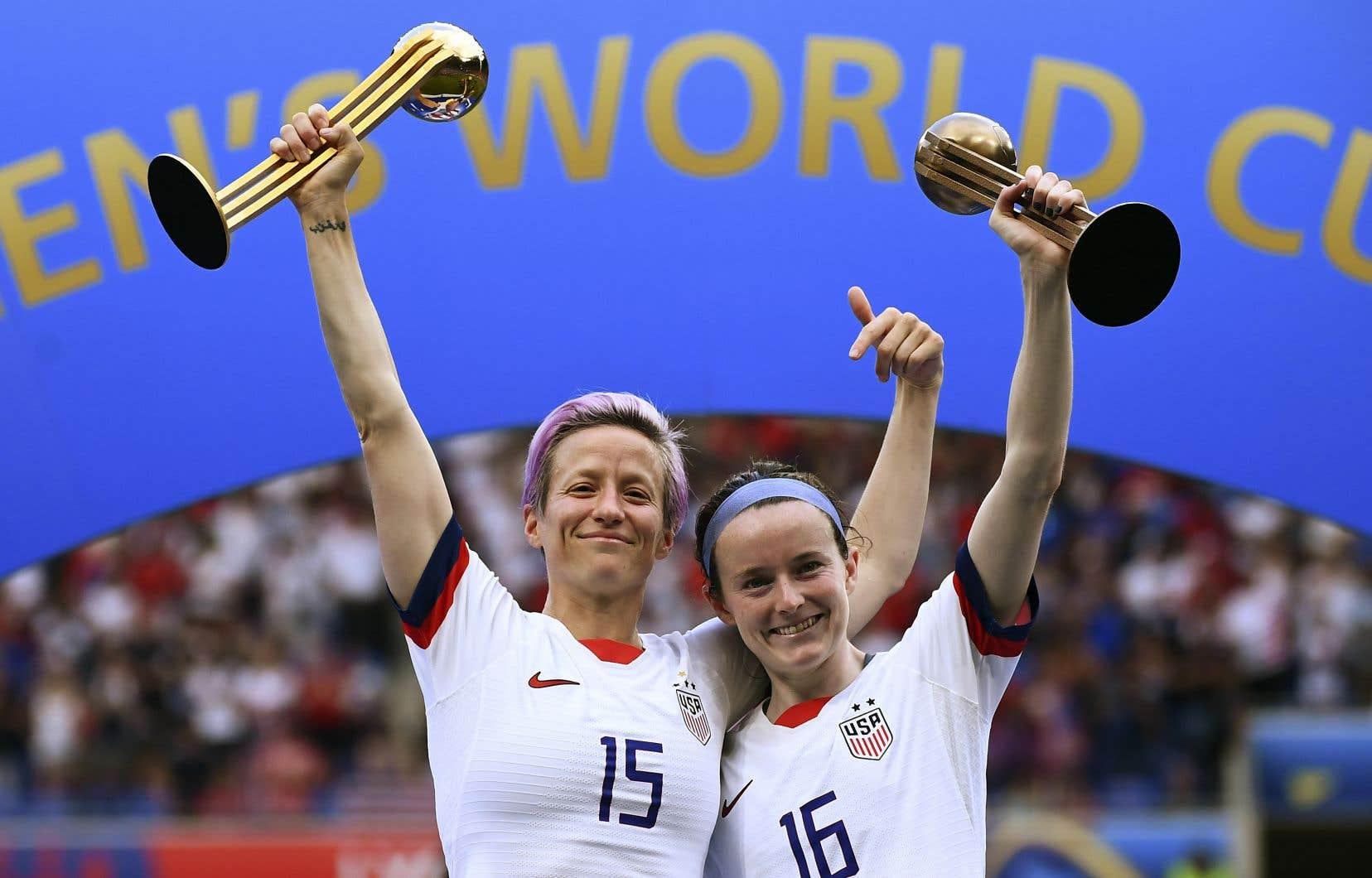 La capitaine de l'équipe américaine, Megan Rapinoe (à gauche), et sa coéquipière Rose Lavelle ont toutes deux marqué un but dans la victoire.