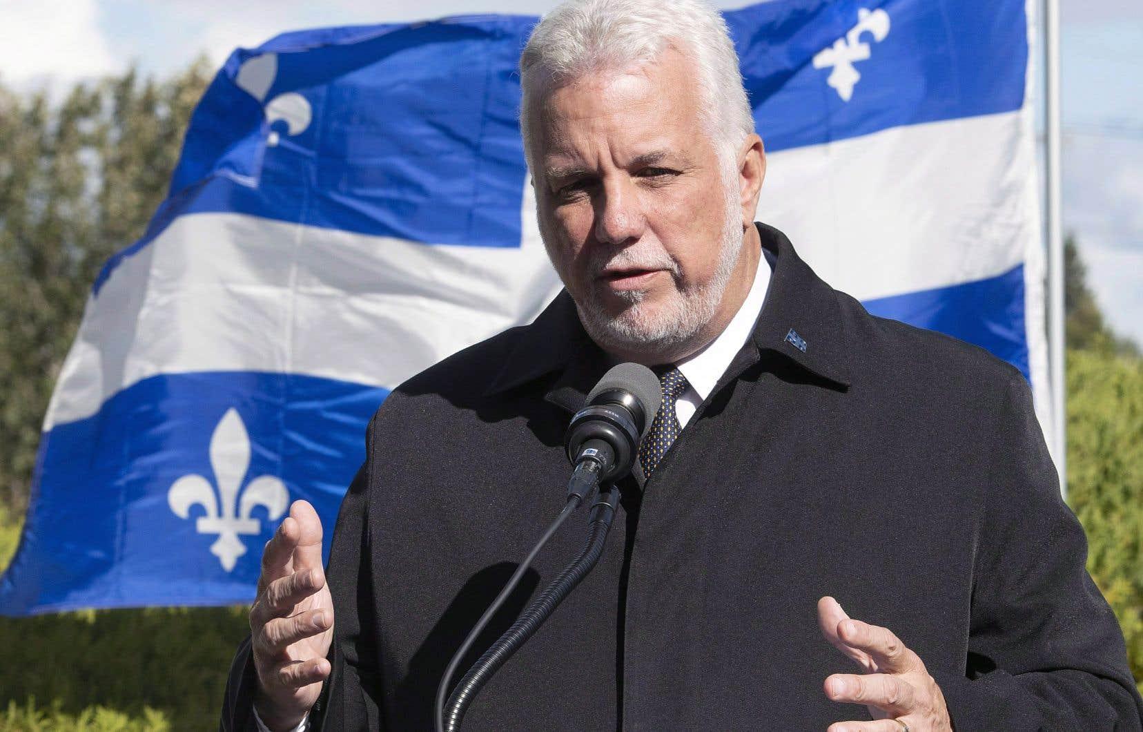 L'ex-premier ministre du Québec, Philippe Couillard, avait déclaré au cours de la campagne électorale de 2014 que tout ouvrier d'usine devait être prêt à parler anglais, mondialisation de l'économie oblige.