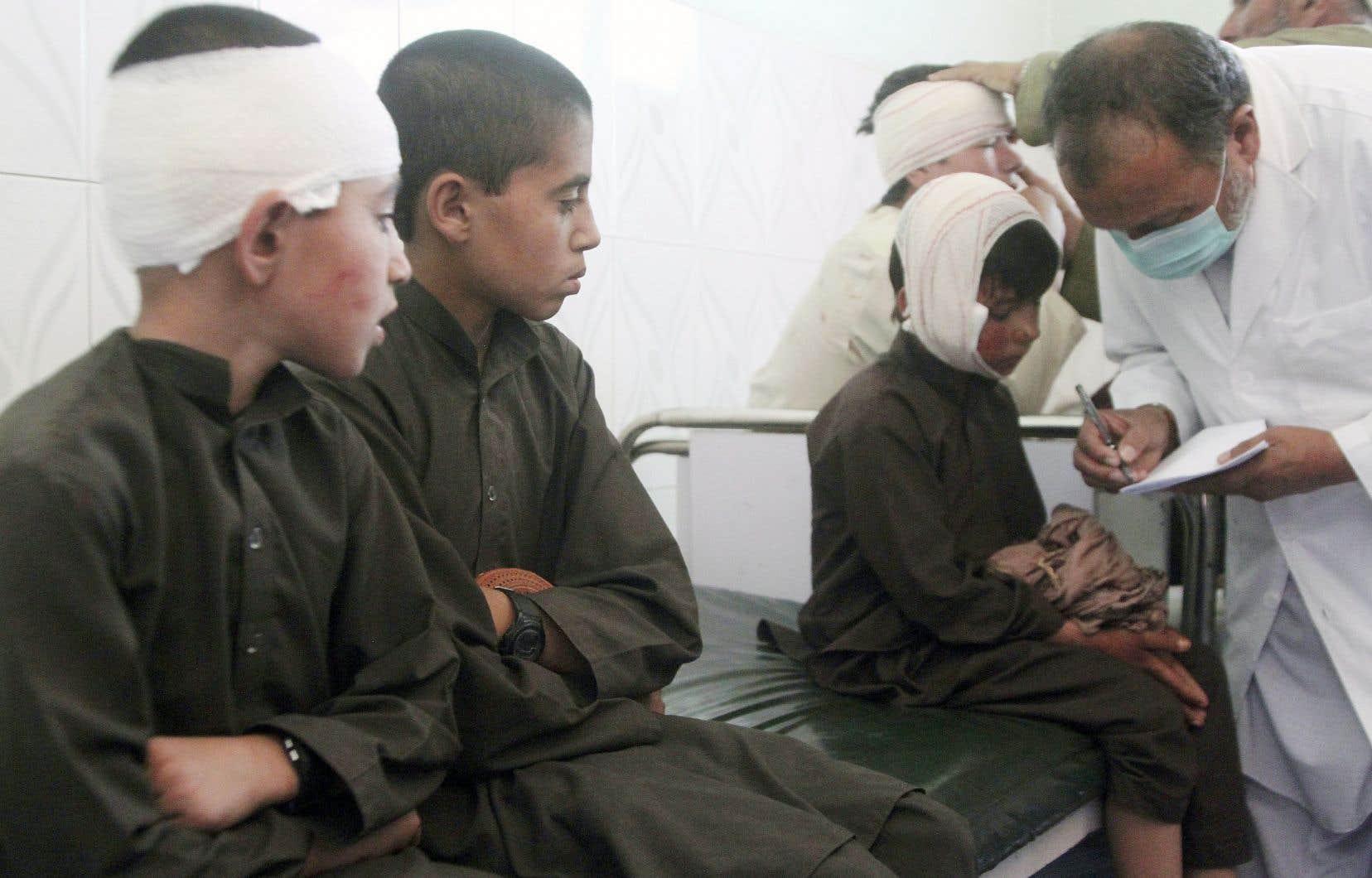 De jeunes garçons étaient soignés pour des blessures encourues dans l'attentat suicide qui a fait 12 morts dimanche à Ghazni, dans l'est de l'Afghanistan.