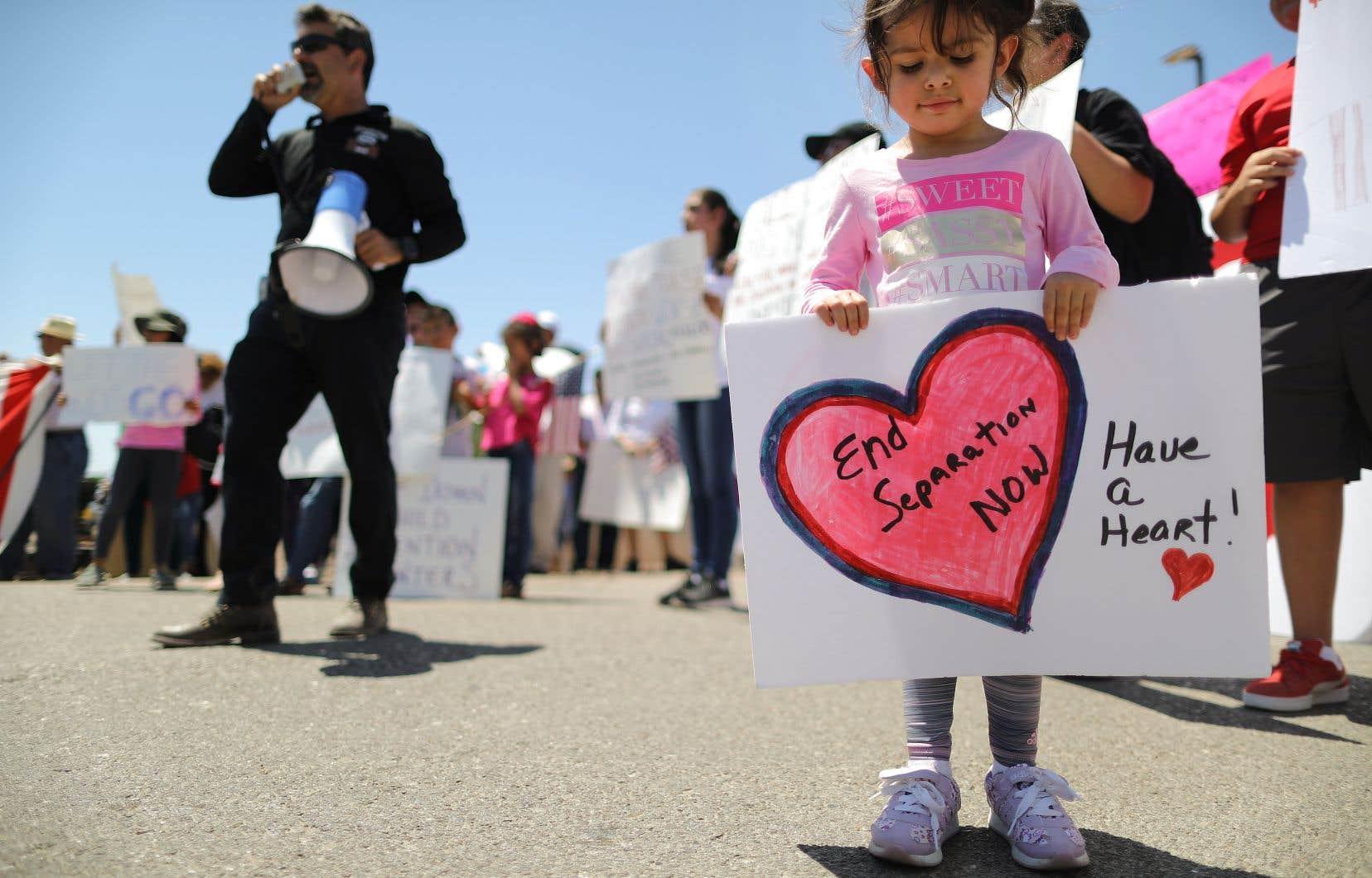 Des manifestants devant les locaux de la patrouille frontalière américaine où des avocats ont rapporté que des enfants migrants étaient détenus.